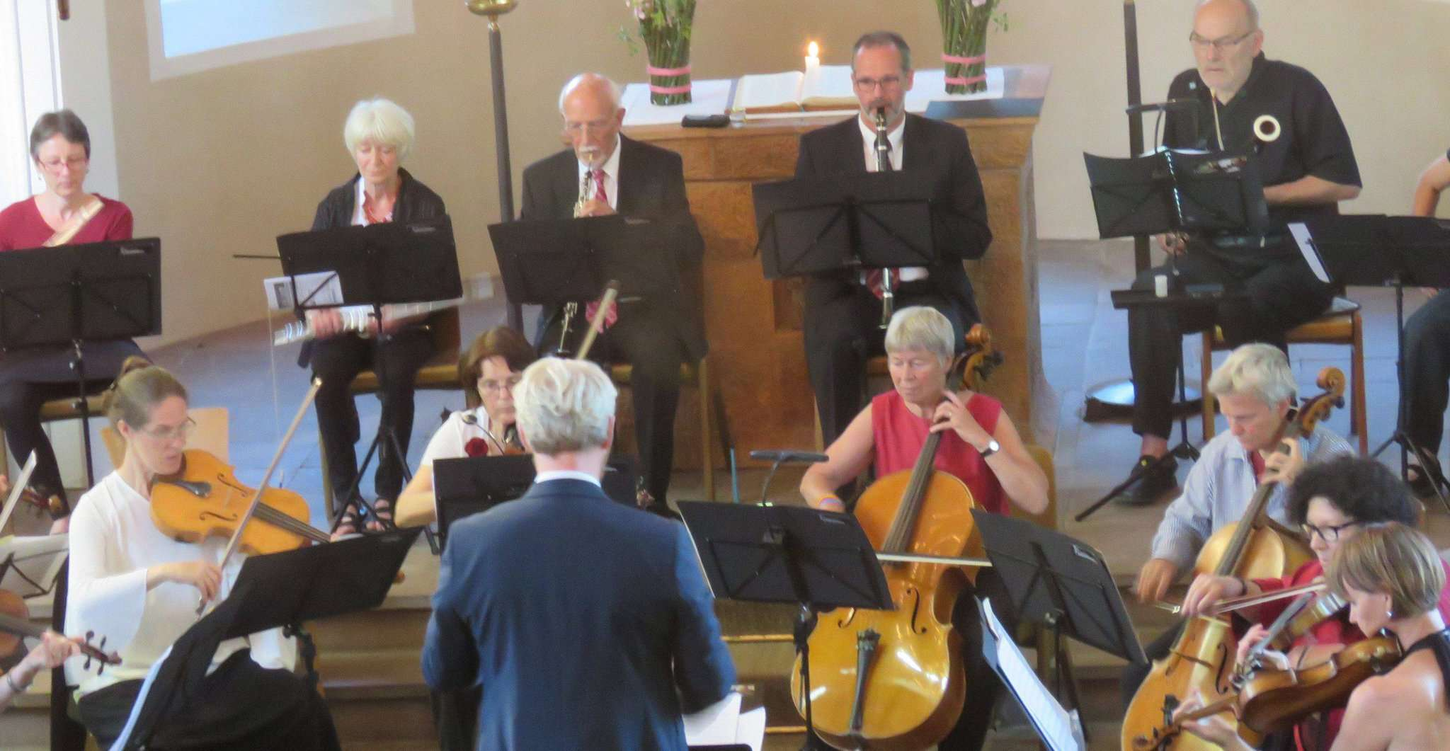 Souverän und locker dirigierte Clive Ford das große Jubiläumskonzert des Ottersberger Kammerorchesters. Foto: Elke Keppler-Rosenau