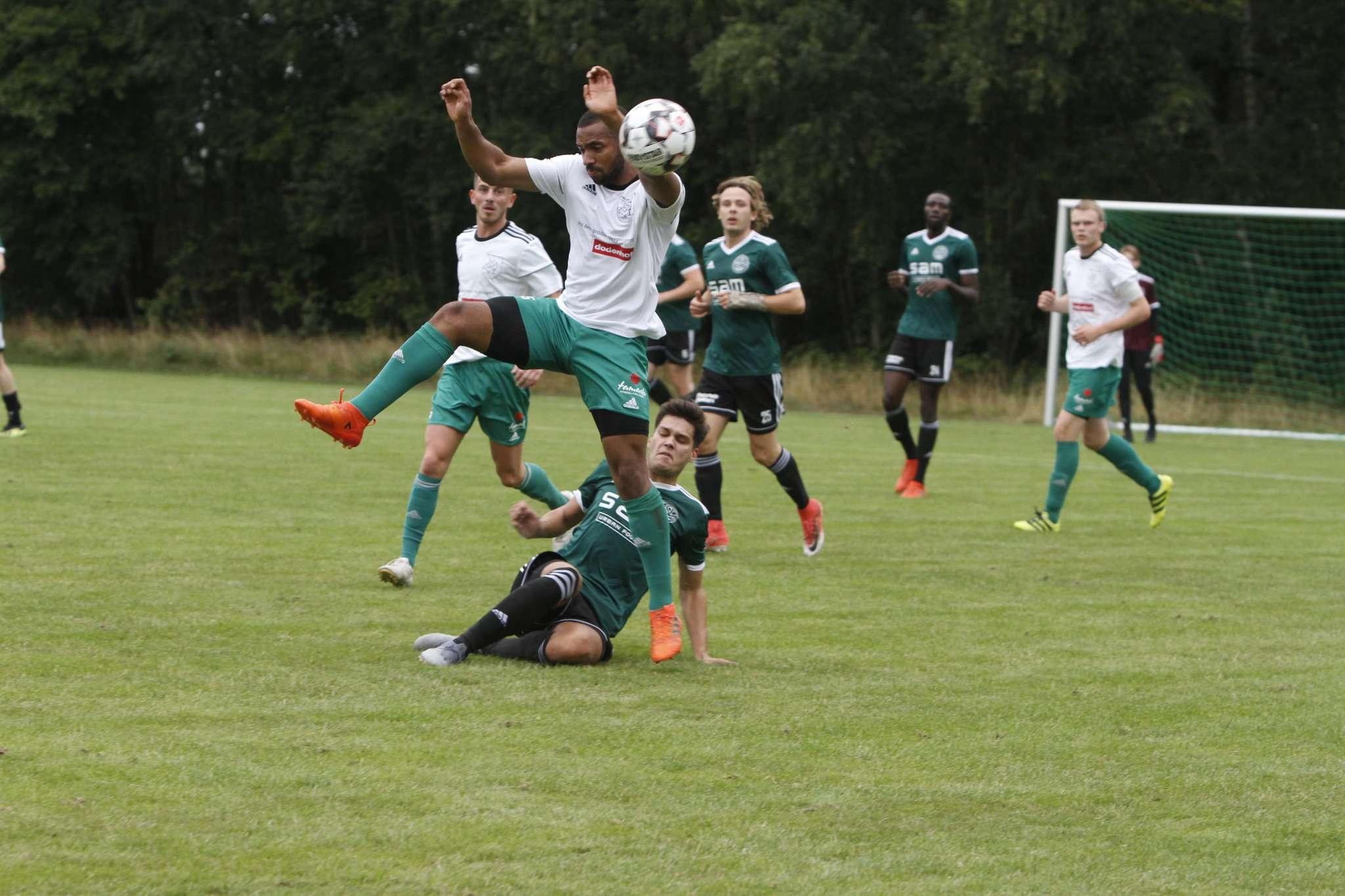 Der TSV Ottersberg (weiße Trikots) sicherte sich den Gemeindepokal. Im Endspiel besiegten sie die Auswahl den TSV Fischerhude-Quelkhorn mit 4:3. Foto: Tobias Woelki
