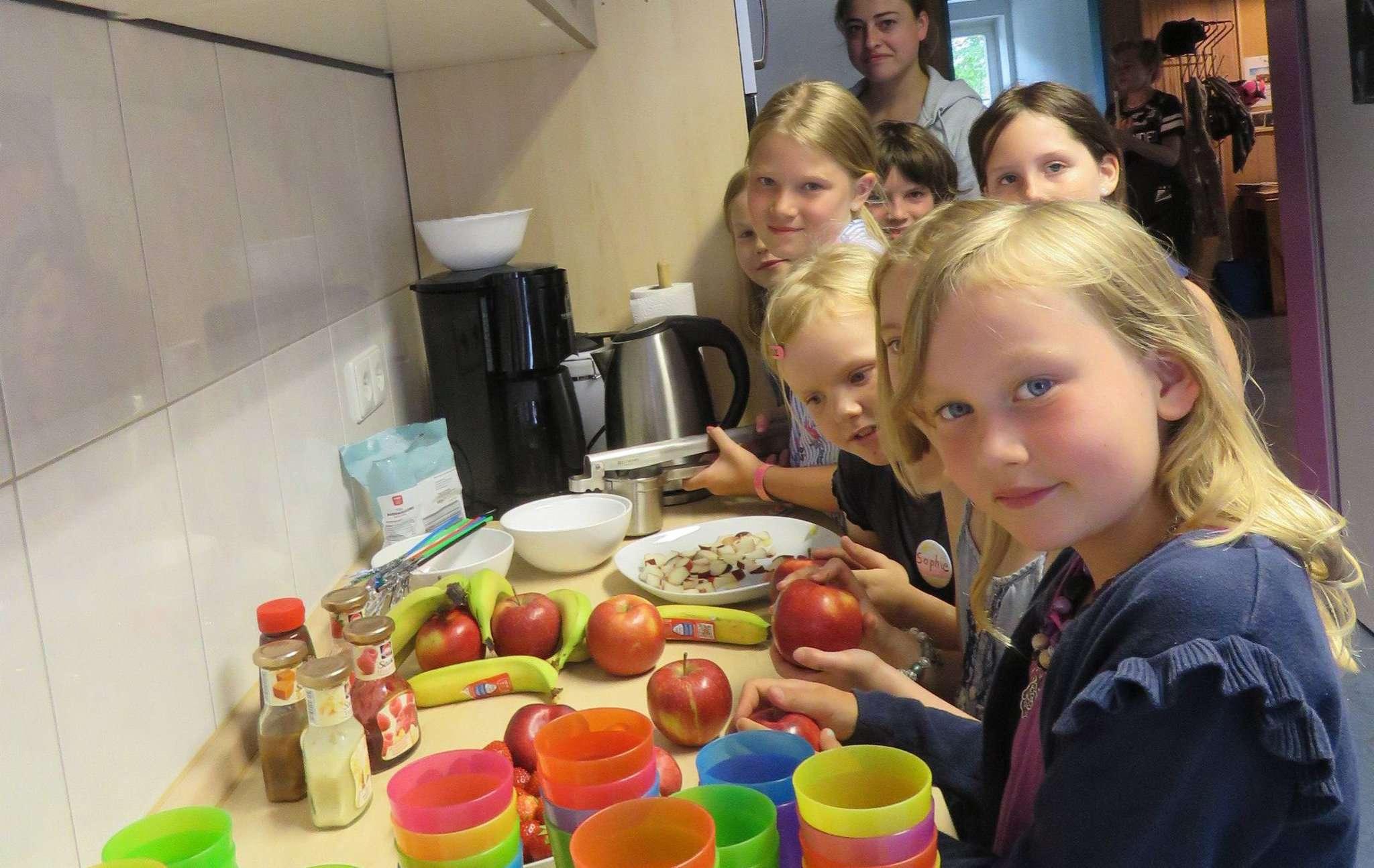 Die Kinder bereiteten frische Früchte für ihr selbstgemachtes Spaghettieis vor. Foto: Elke Keppler-Rosenau