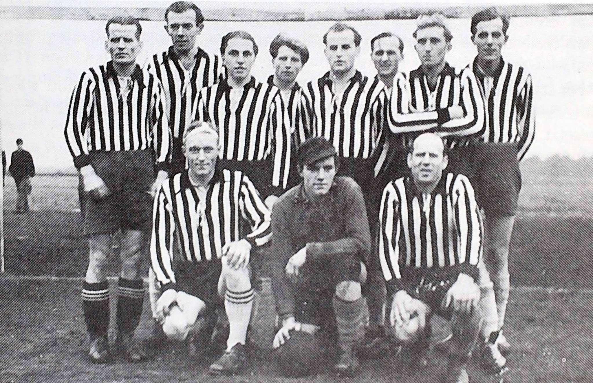 Nach NS- und Kriegszeit ist der Verein 1945 zurück, 1946 bildet er eine Fußballabteilung. Ein Gruppenfoto zeigt die Erste Herren des TSV Posthausen um 1949.