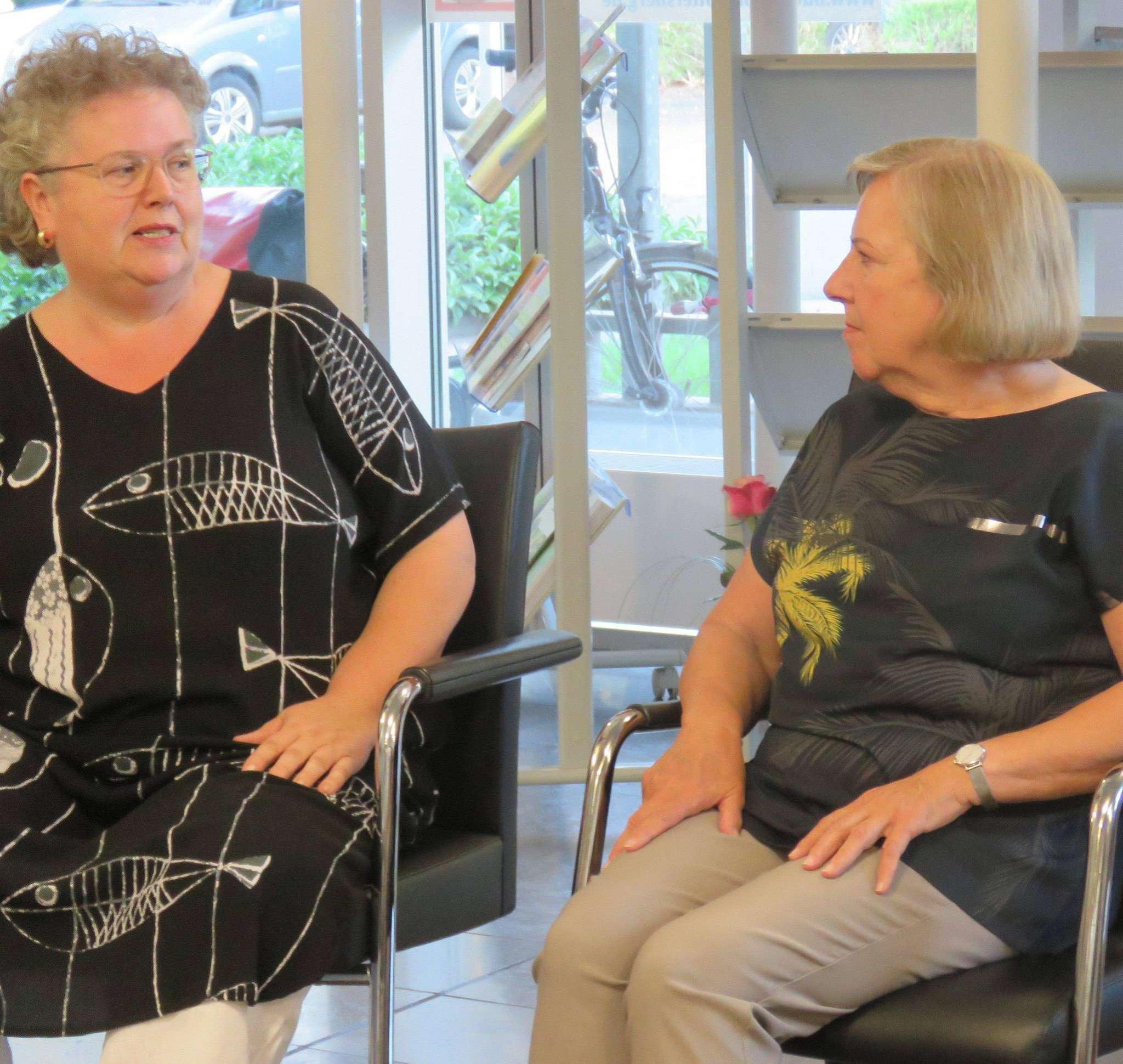 Susanne Stuwe-Thiel (links) entlockte Helga Lüth viele Dinge, die sie zur Kunst geführt haben.  Foto: Elke Keppler-Rosenau