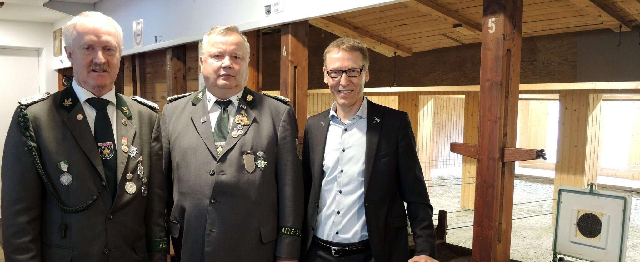 Hans Therkorn (von links, zweiter Vorsitzender), Manfred Lohmann (Vorsitzender) und Helge Dannat, E-Werksleiter Ottersberg Foto: Flecken Ottersberg