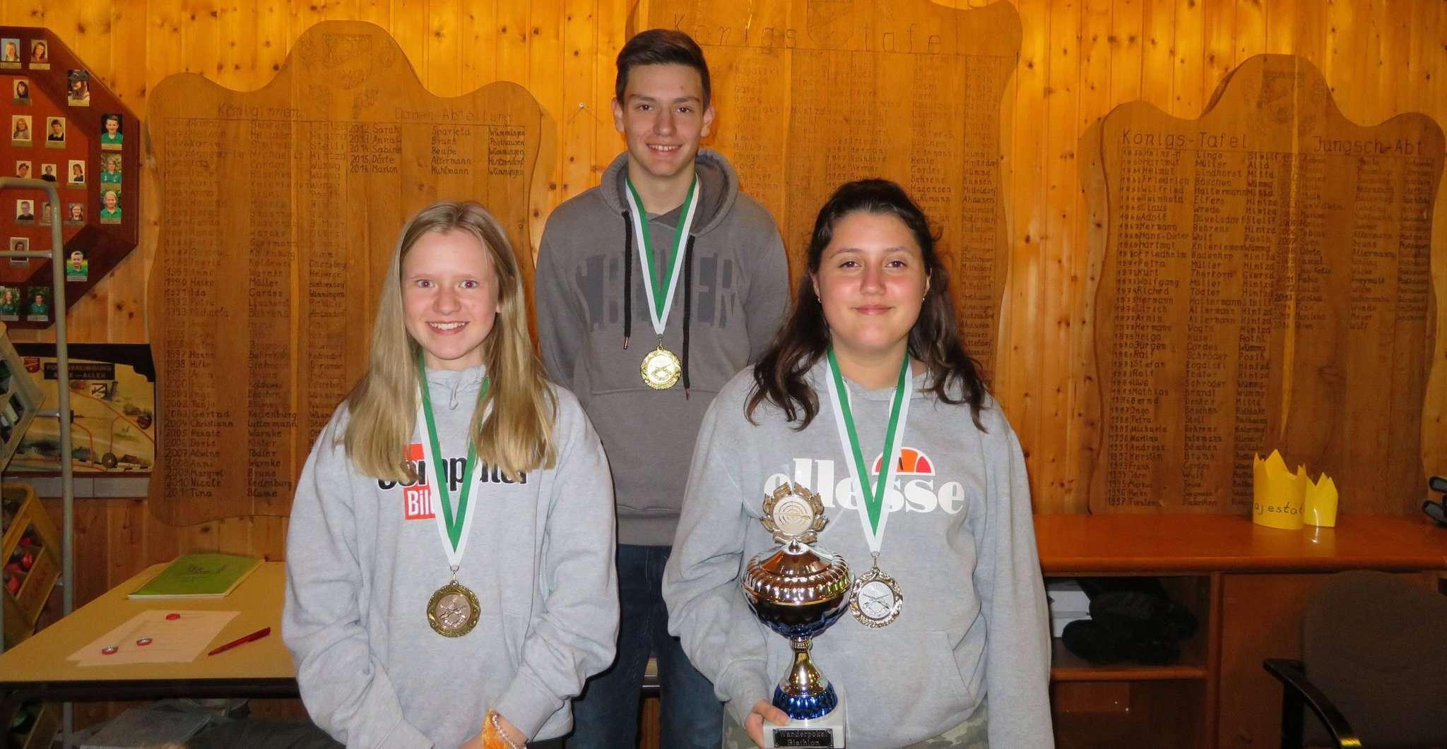 Nele Timm (von links), Malte Flade und Urtiana Blakaj hatten Spaß beim Biathlon des SV Posthausen u2013 und Erfolg.