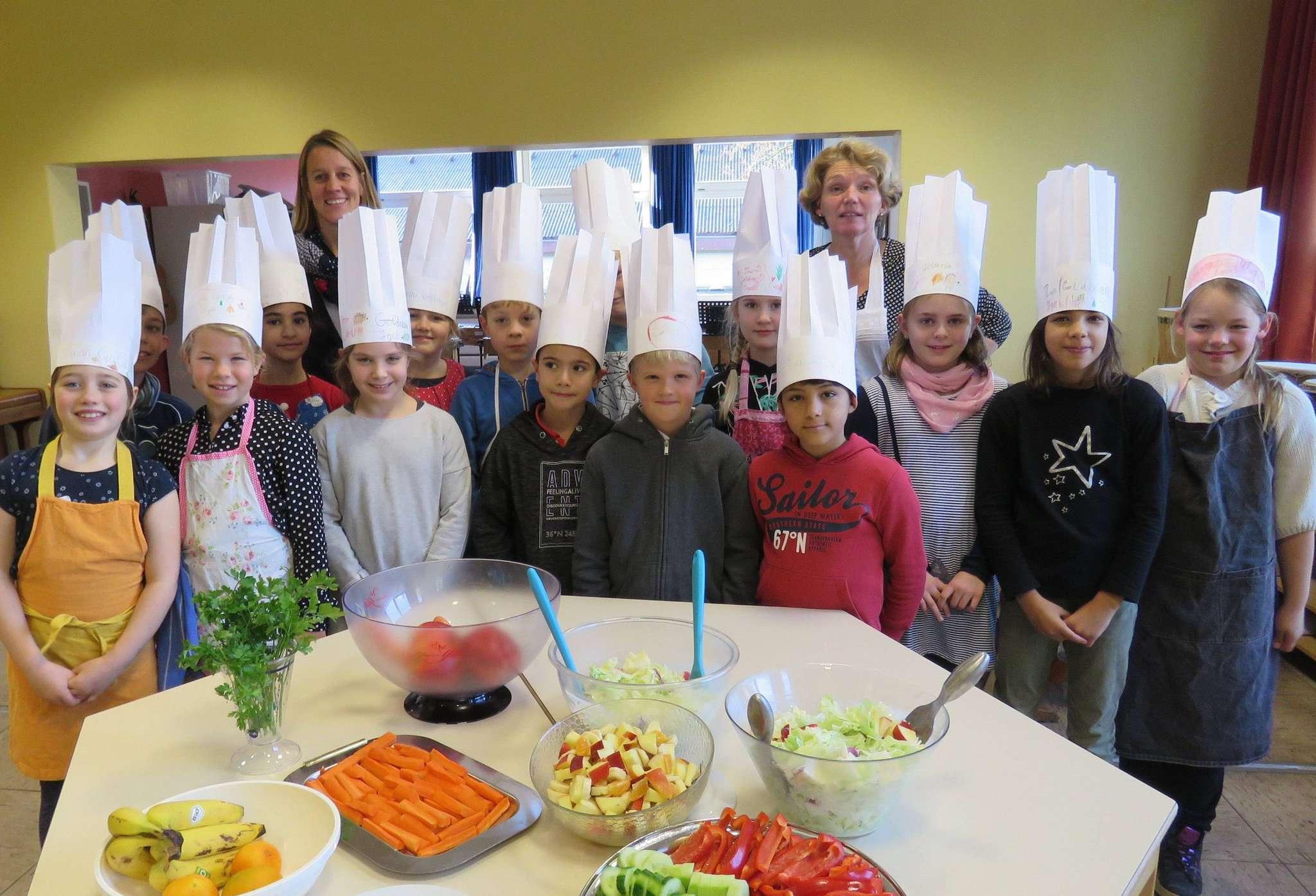Sogar die schicken Kochmützen für die Nachwuchsköche waren selbstgefertigt.  Foto: Elke Keppler-Rosenau