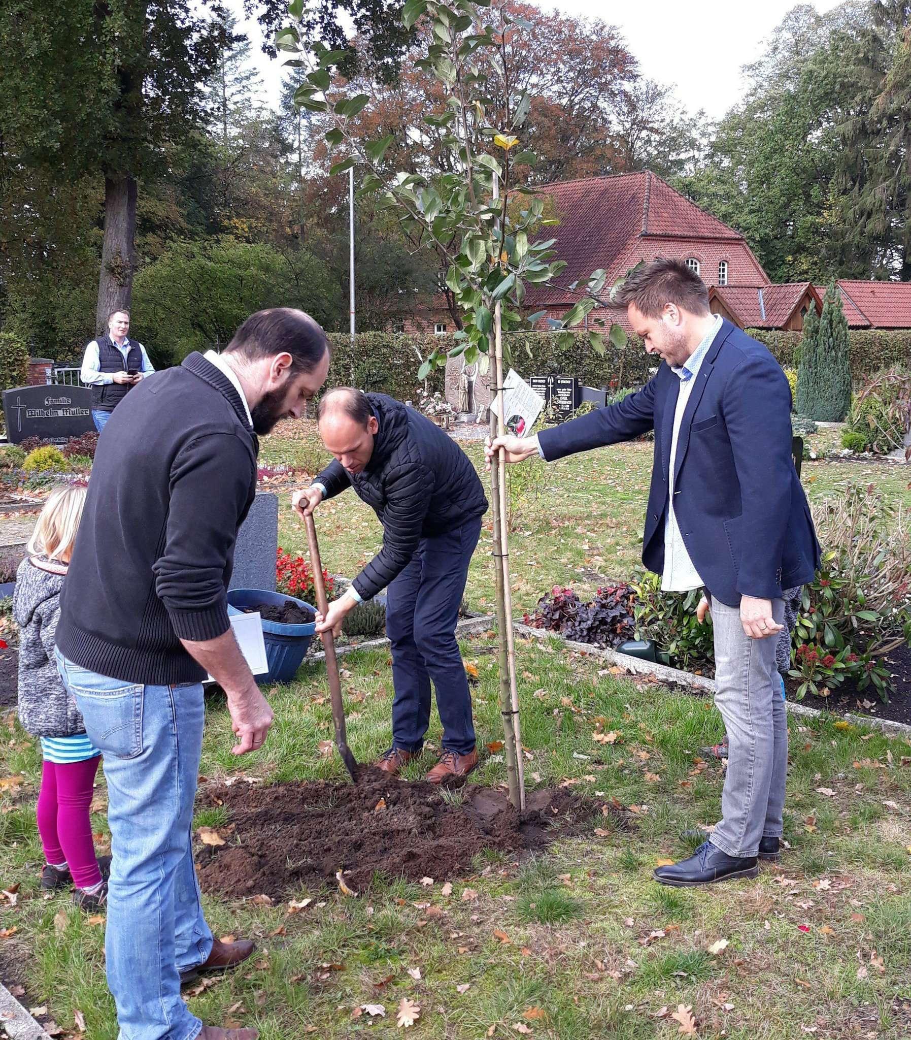 Teilnehmer an der Silber-Konfirmation pflanzten einen Apfelbaum hinter der Kirche.
