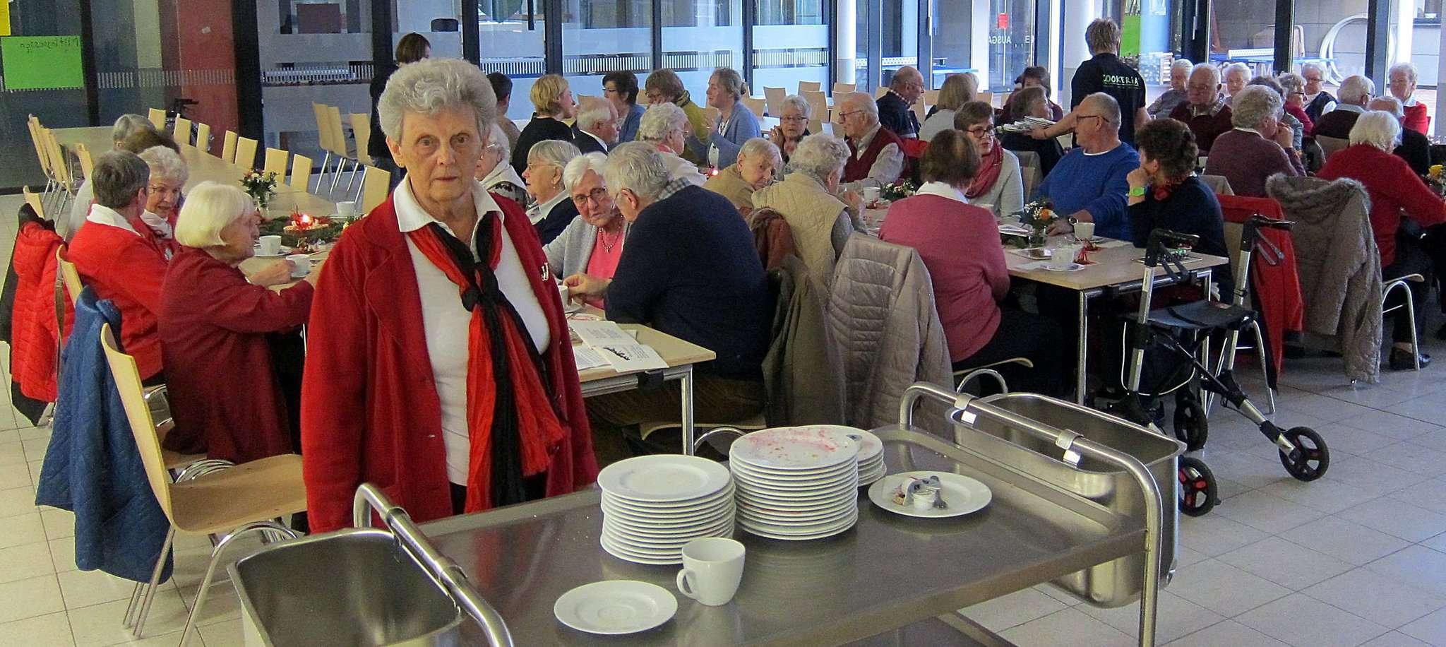 60 Gäste waren zur Adventsfeier der Awo in die Aula der Wümmeschule gekommen.  Foto: Heinz Kahrs