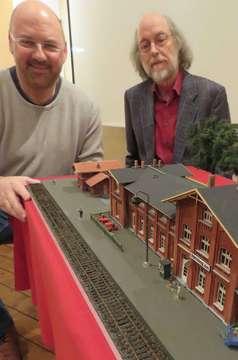 Uwe Nowotnik baut Modell vom Ottersberger Bahnhof