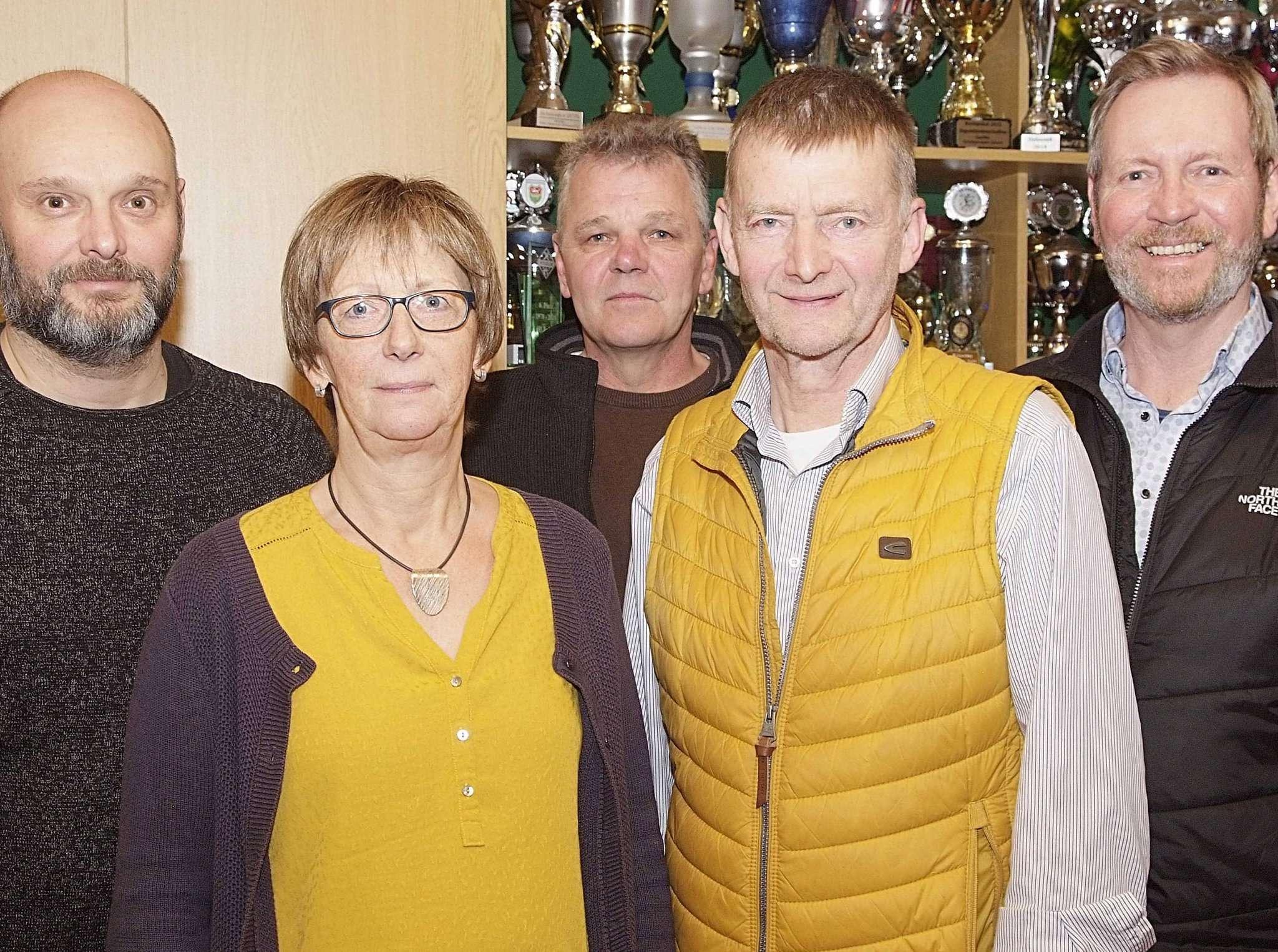 Der Vorstand des TSV Otterstedt (von links): Frank Rieckenberg, Renate Frese, Hartmut Rieckenberg, Horst Hofmann und Klaus Diem  Foto: Tobias Woelki