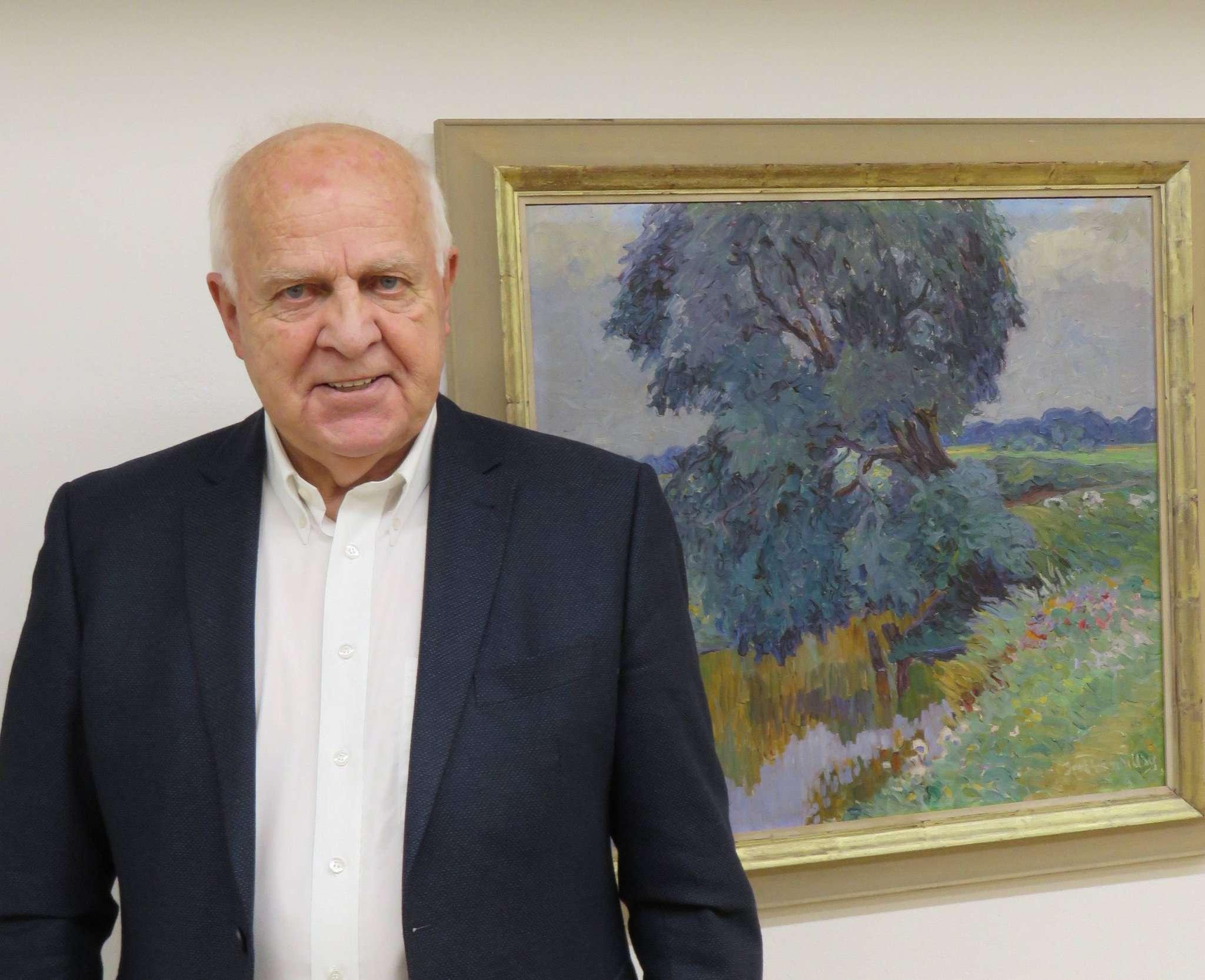 Karl-Günther Hintmann zeigt eine Auswahl seiner Bildersammlung im großen Galerieraum im Buthmanns Hof.  Foto: Elke Keppler-Rosenau