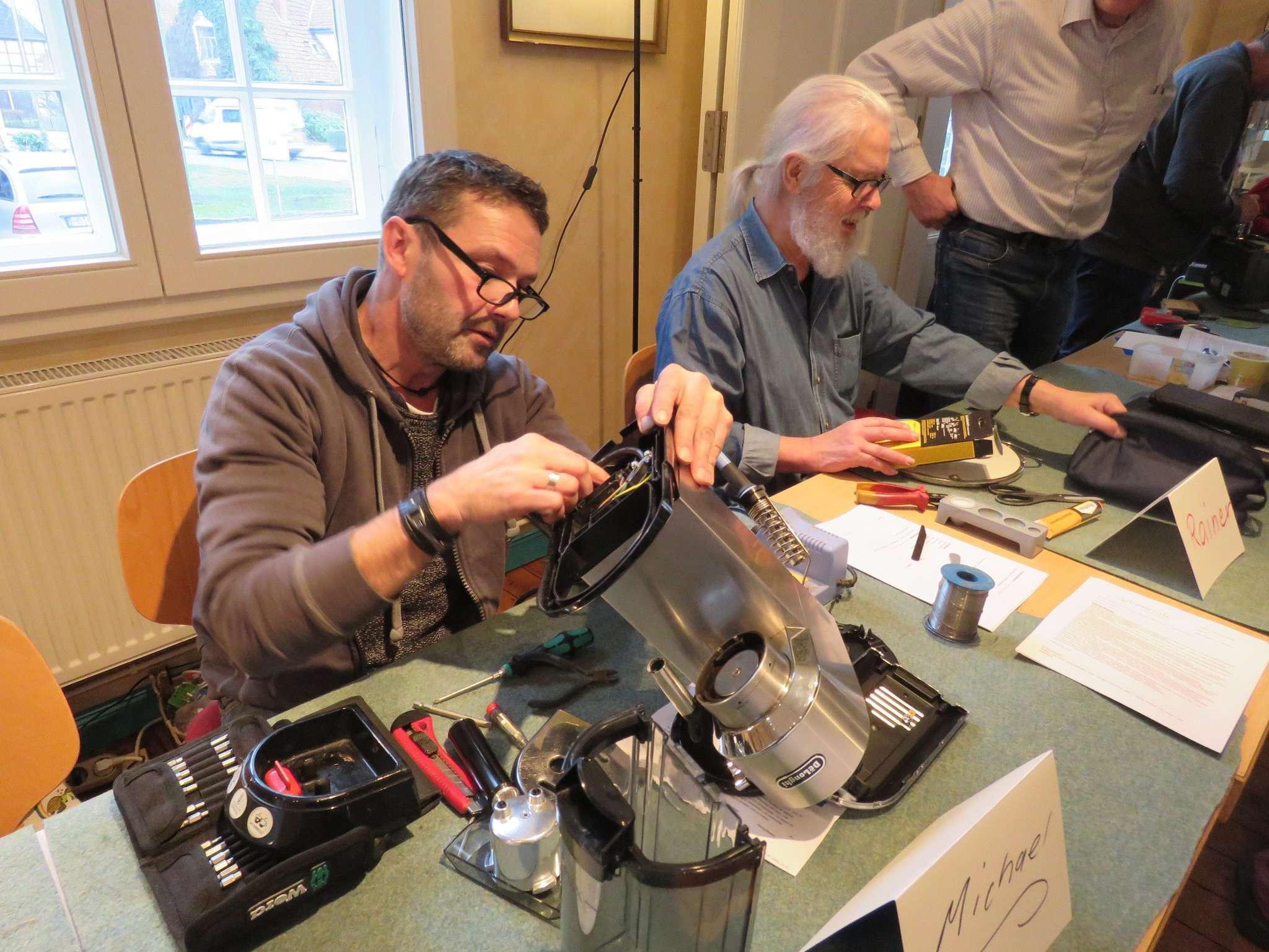 Bei manchen Elektrogeräten gab es nur Kleinigkeiten zu reparieren, bei anderen dauerte es länger. Aber eilig hatte es niemand.  Foto: Elke Keppler-Rosenau