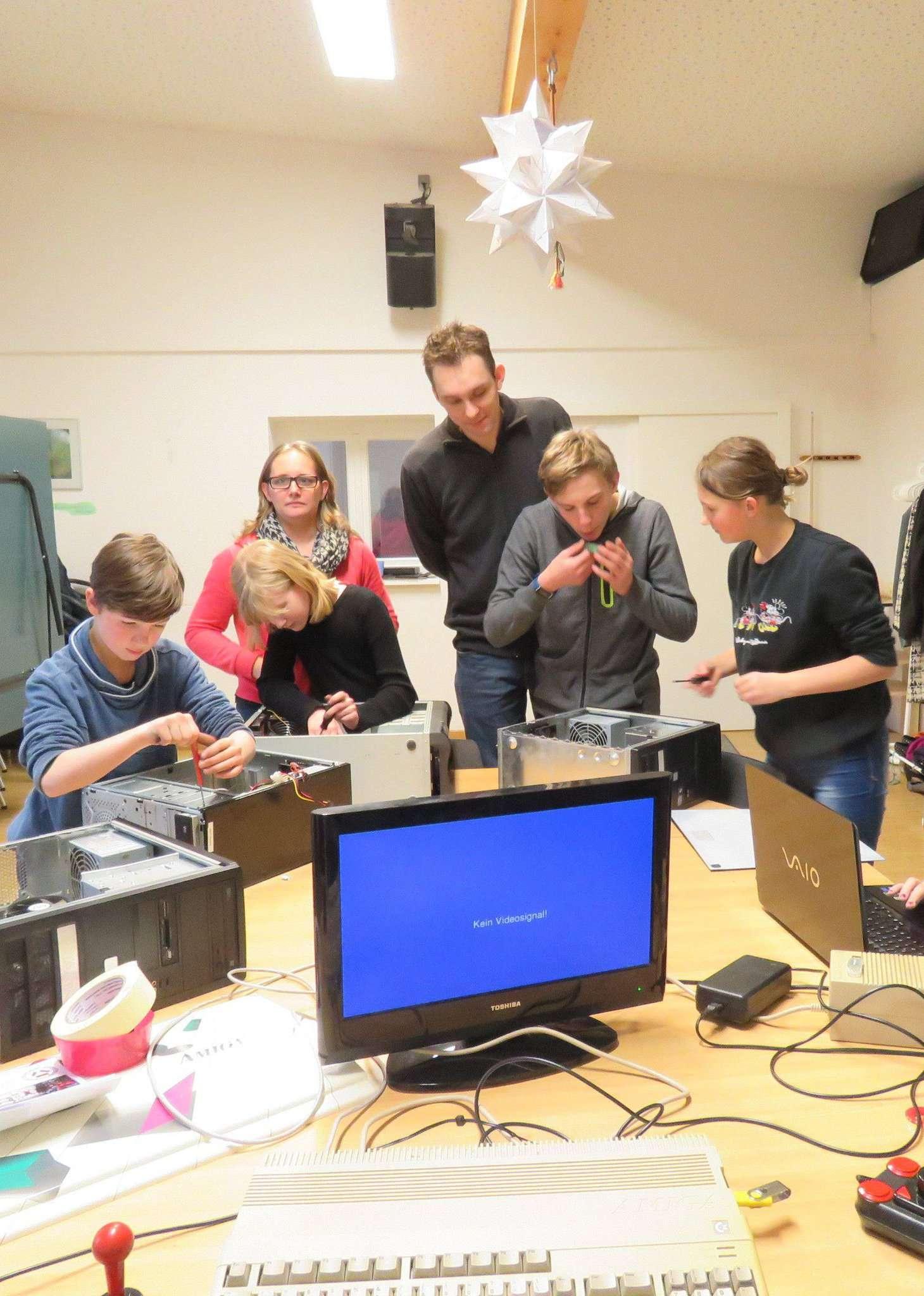 In der Computer-Werkstatt des Juku geht technisches Know-how mit handwerklichem Geschick und Teamarbeit einher.  Foto: Elke Keppler-Rosenau