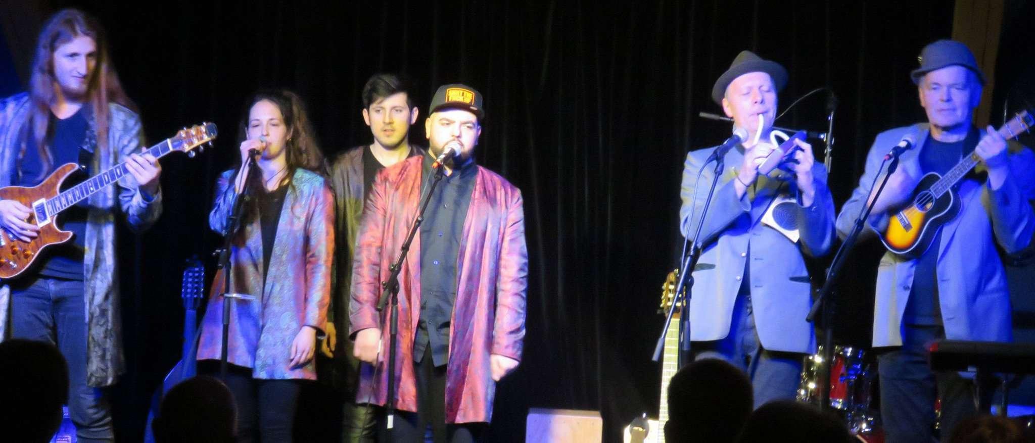 Pago Balke (rechts) und die fabelhaften Zollhausboys gastierten mit der Sängerin Selin Demirkan vor einem restlos begeisterten Publikum.  Foto: Elke Keppler-Rosenau