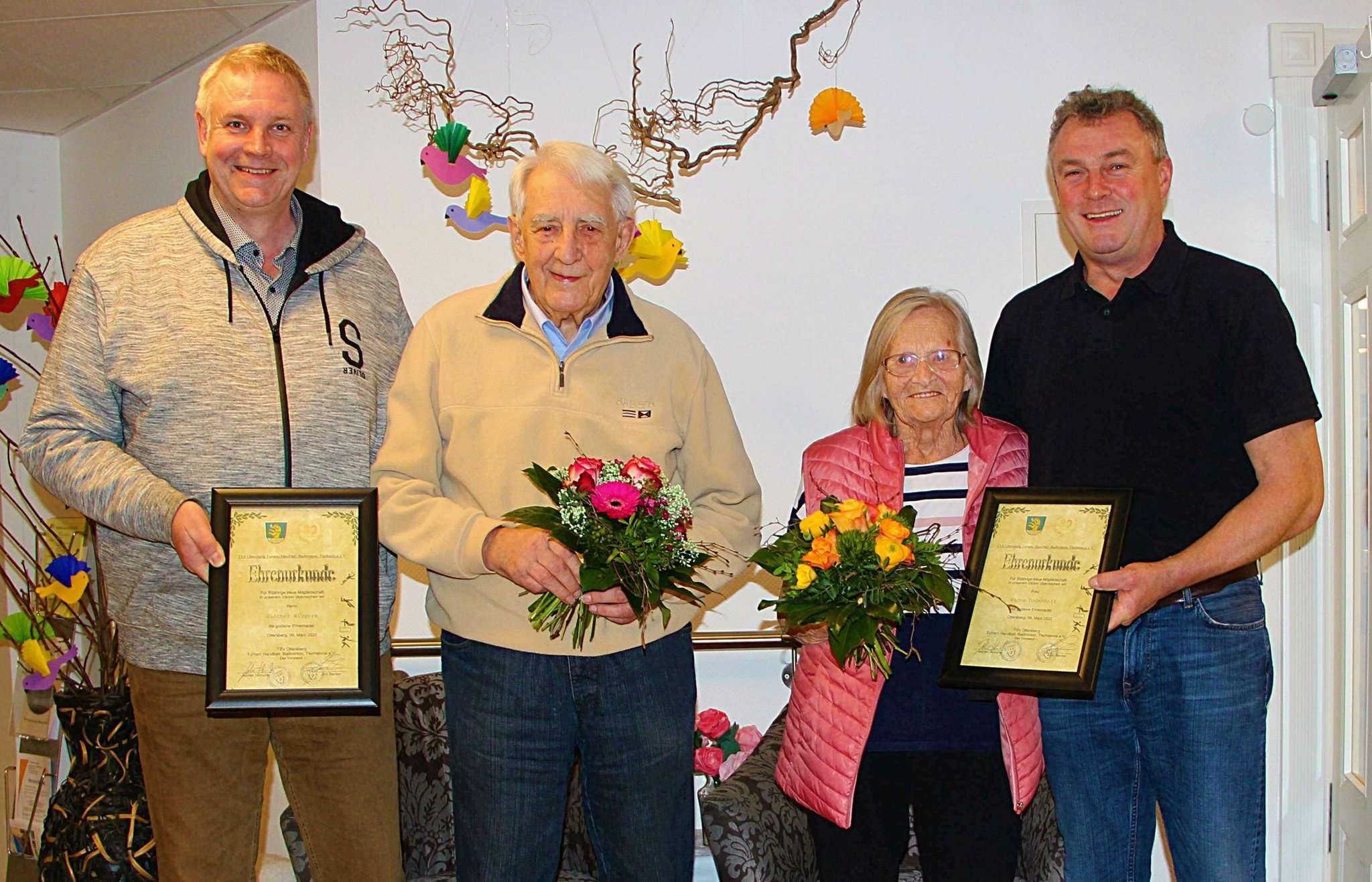 Jochen Hinrichs (links) und Jörn Becker (rechts) ehrten Günter Wiggers und Hanna Dodenhoff für besondere Treue zum Verein. Foto: Tobias Woelki