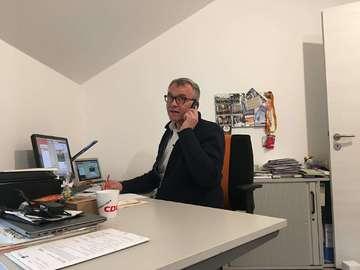 Bürgermeisterkandidat am Telefon