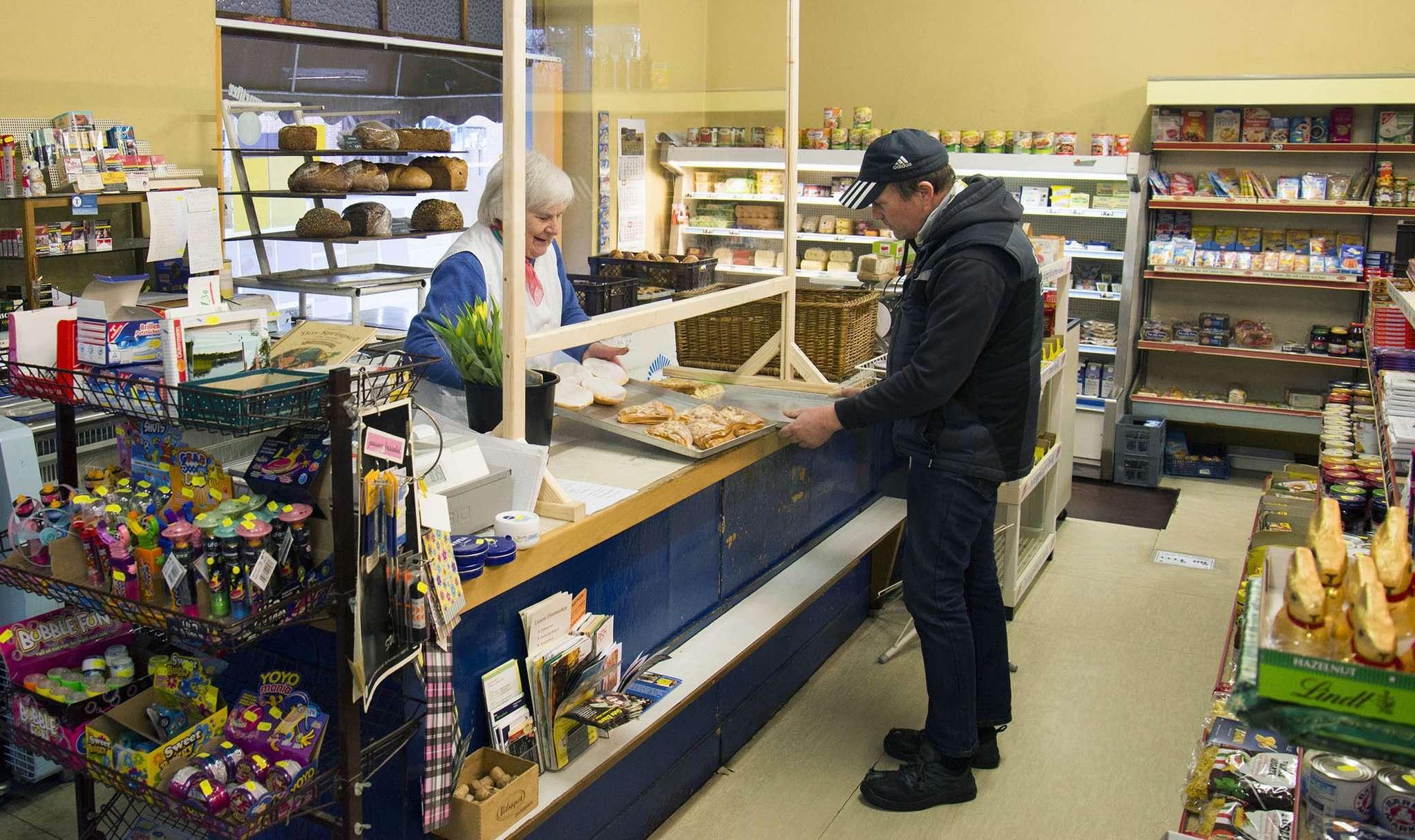 Auch im Kaufhaus Bergstedt in Otterstedt trennt neuerdings eine Plexiglasscheibe Angestellte und Kunden voneinander. Foto: Dietmar Plath