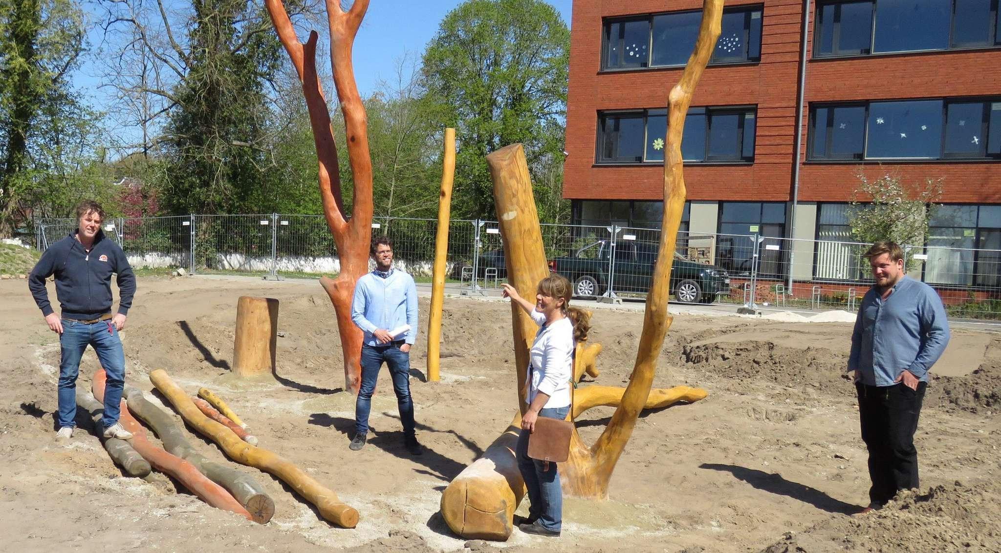 Volker Busboom-Schäfer (von links), Dominik Lerdon, Heike Drengemann und Kevin Weimann begutachteten die Baufortschritte der Kletter- und Balancierskulptur. Foto: Elke Keppler-Rosena