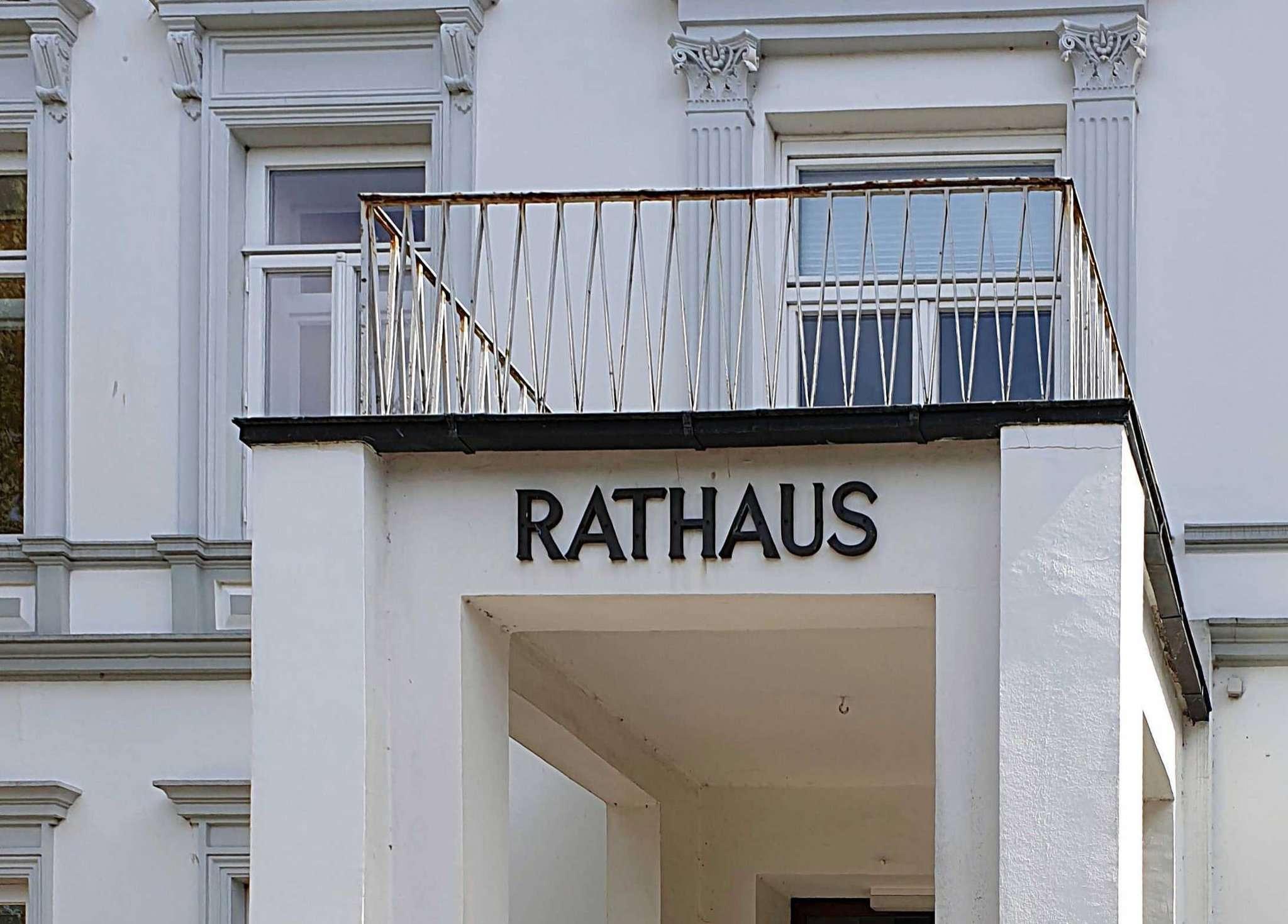 Im Ottersberger Rathaus gibt es personelle Veränderungen u2013 nicht nur auf dem Bürgermeisterstuhl. Foto: Tobias Woelki