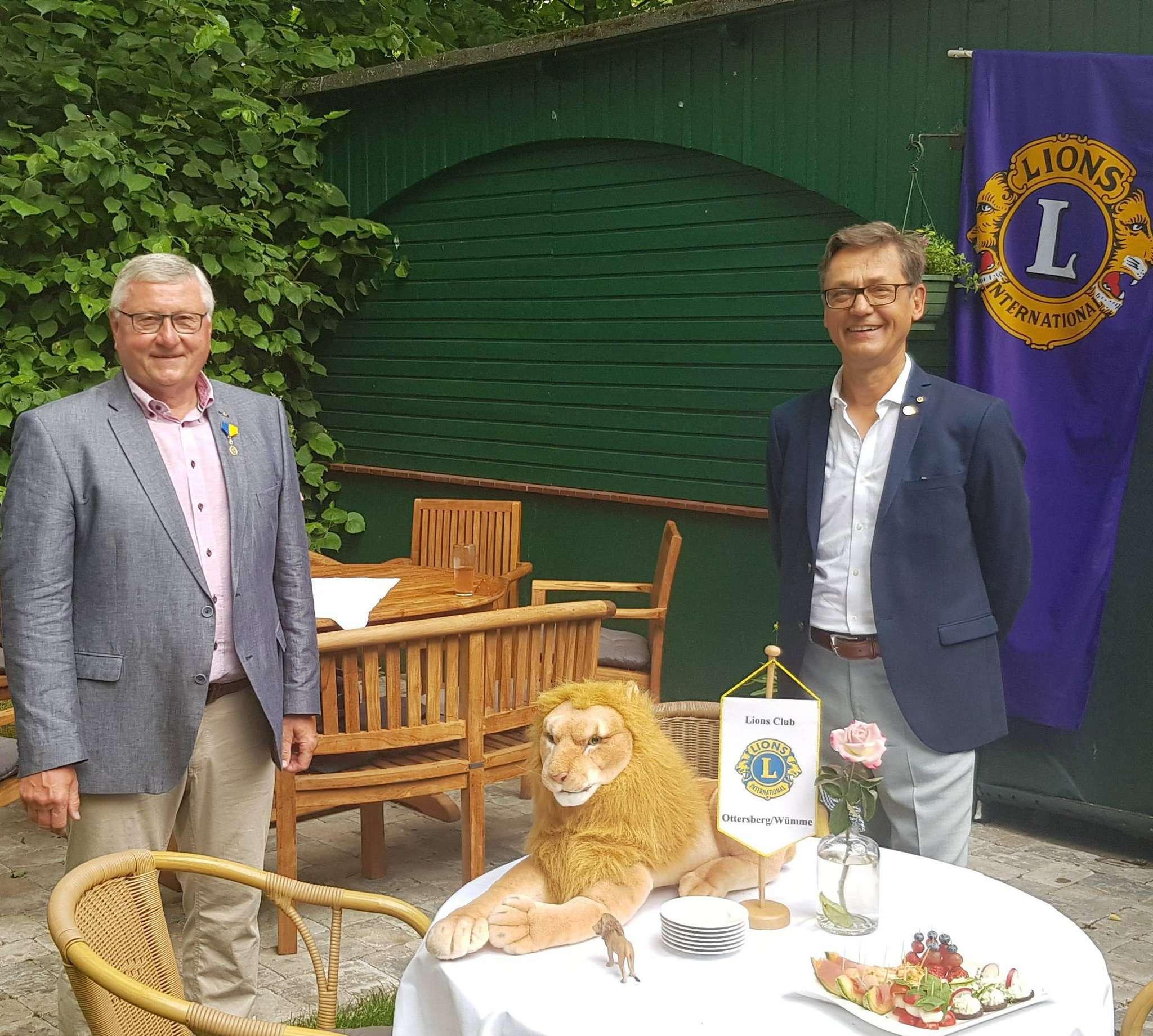 Der neue Präsident des Lions Clubs Ottersberg-Wümme, Walter Vorderstraße (rechts), und sein Vorgänger Geert Mehlhop