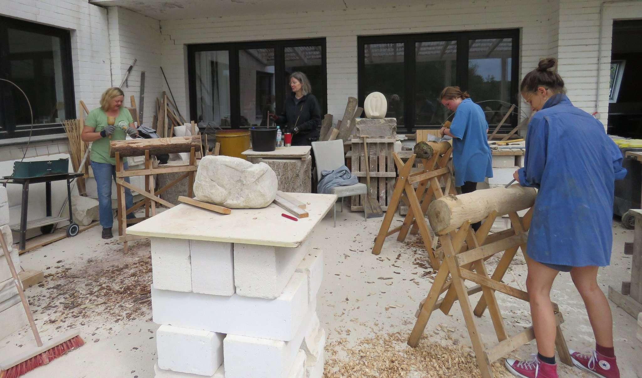 Wo gehobelt wird, sind Holzbildhauer nicht weit u2013 auch angehende nicht. Foto: Elke Keppler-Rosenau