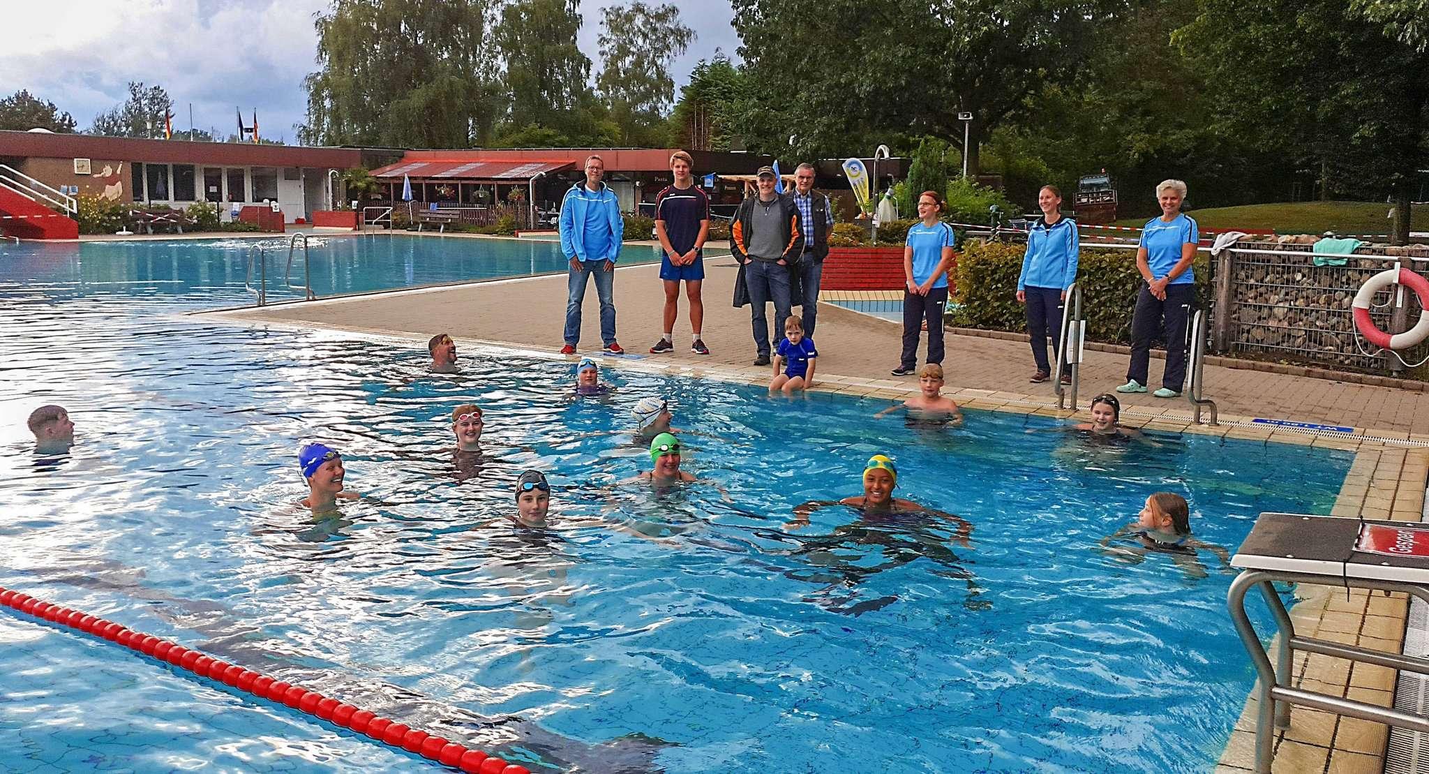 Vorübergehend im Heidebad untergekommen: ein Teil der Schwimmer des TSV Ottersberg mit Vorstand und Trainer. Foto: Tobias Woelki