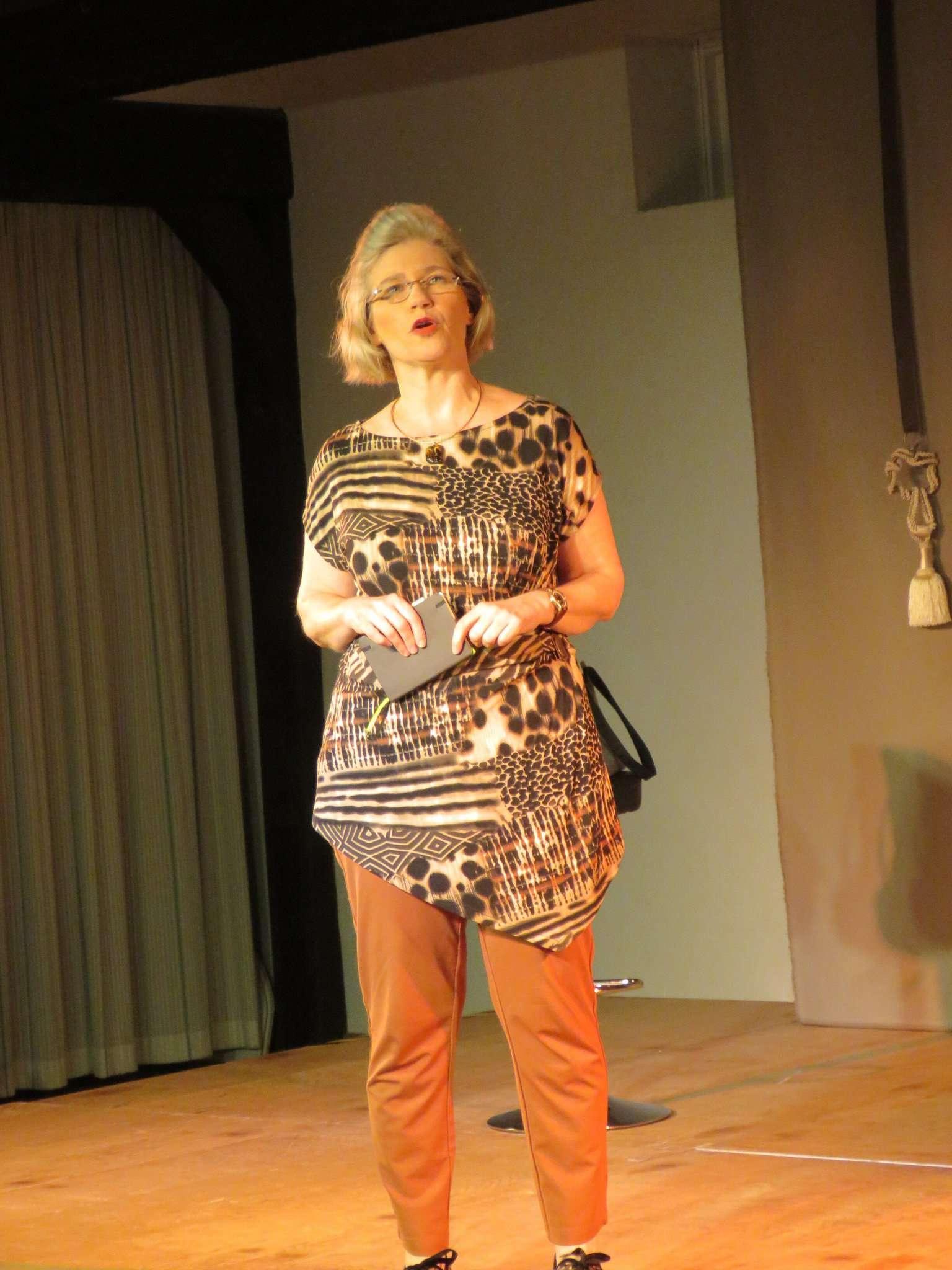 Wenn Inske Albers-Willberger auf der Bühne steht und in plattdeutsch parliert, ist vom akustischen Verständnis höchste Aufmerksamkeit angesagt.  Foto: Elke Keppler-Rosenau