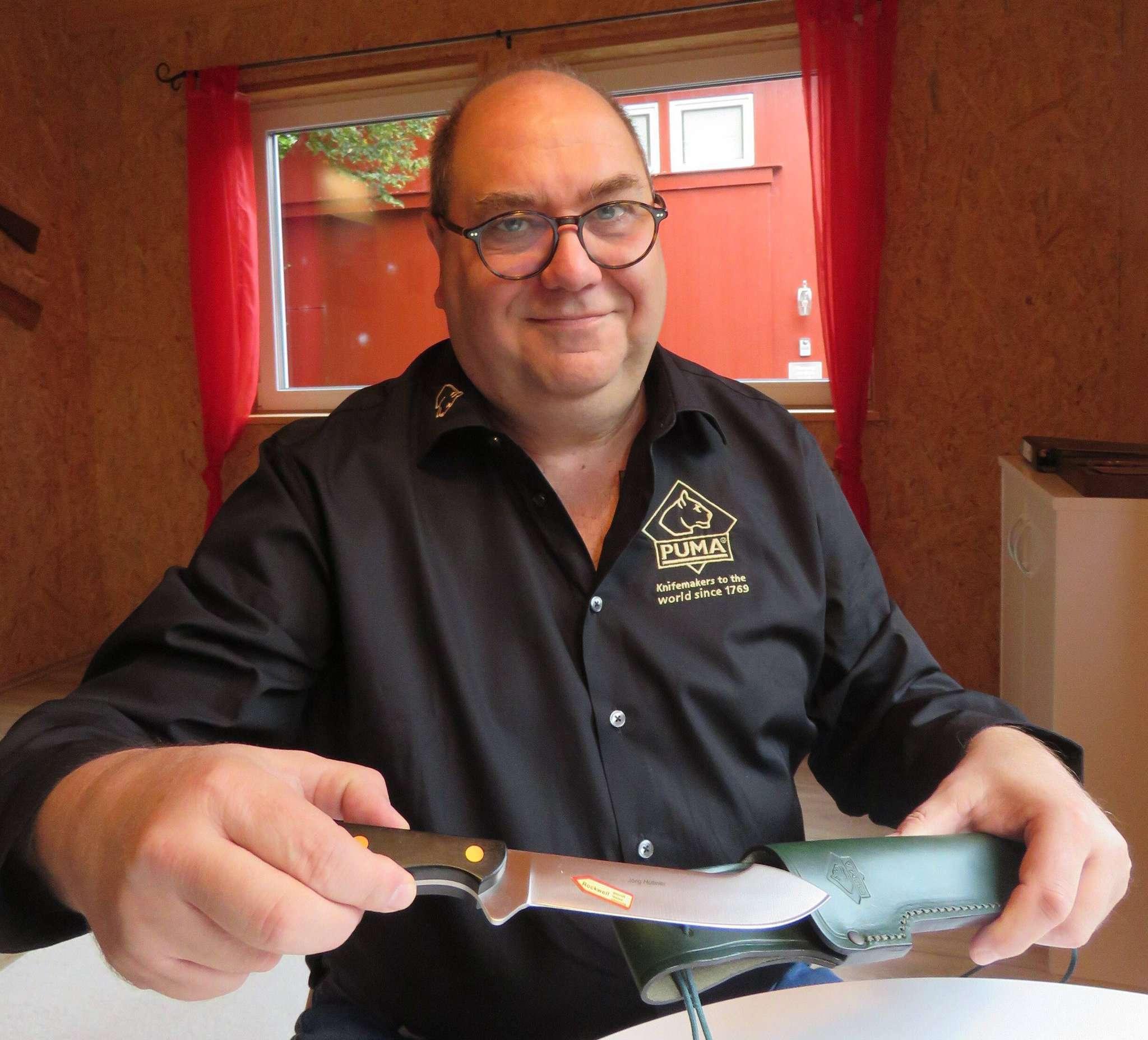 Der Ottersberger Messerdesigner Jörg Hübner bringt im März ein Buch über seine scharfe Leidenschaft heraus.  Foto: Elke Keppler-Rosenau