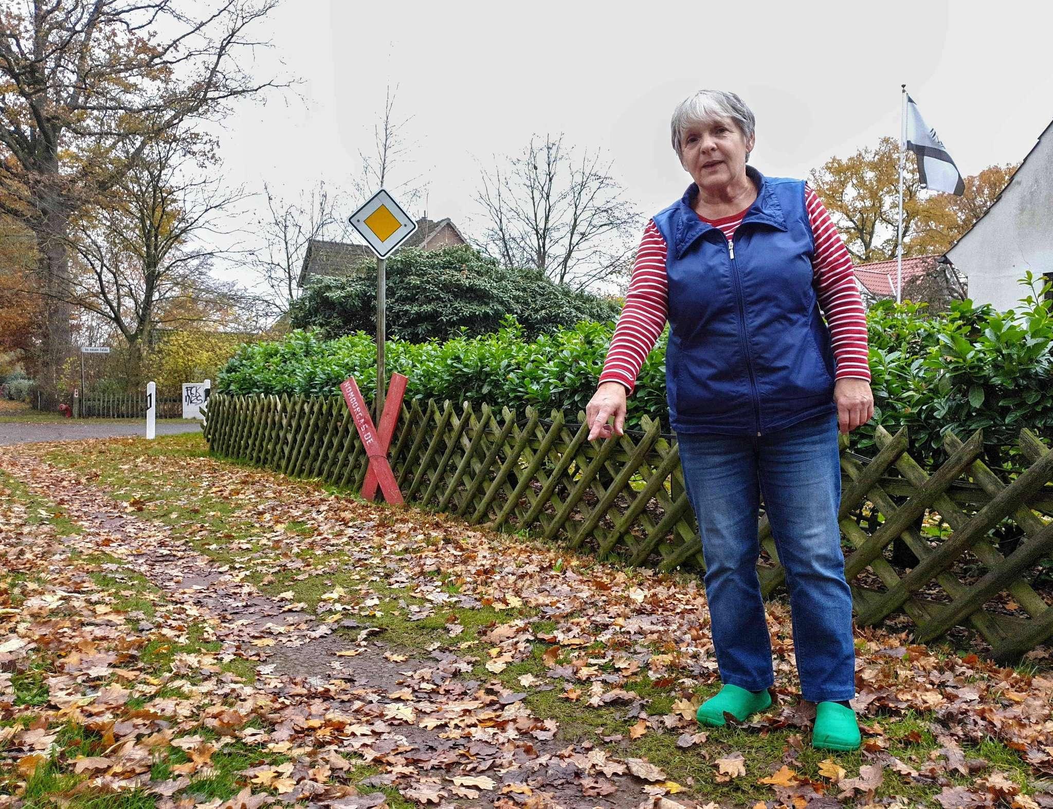 Inge Reich fegt täglich. Foto: Tobias Woelki