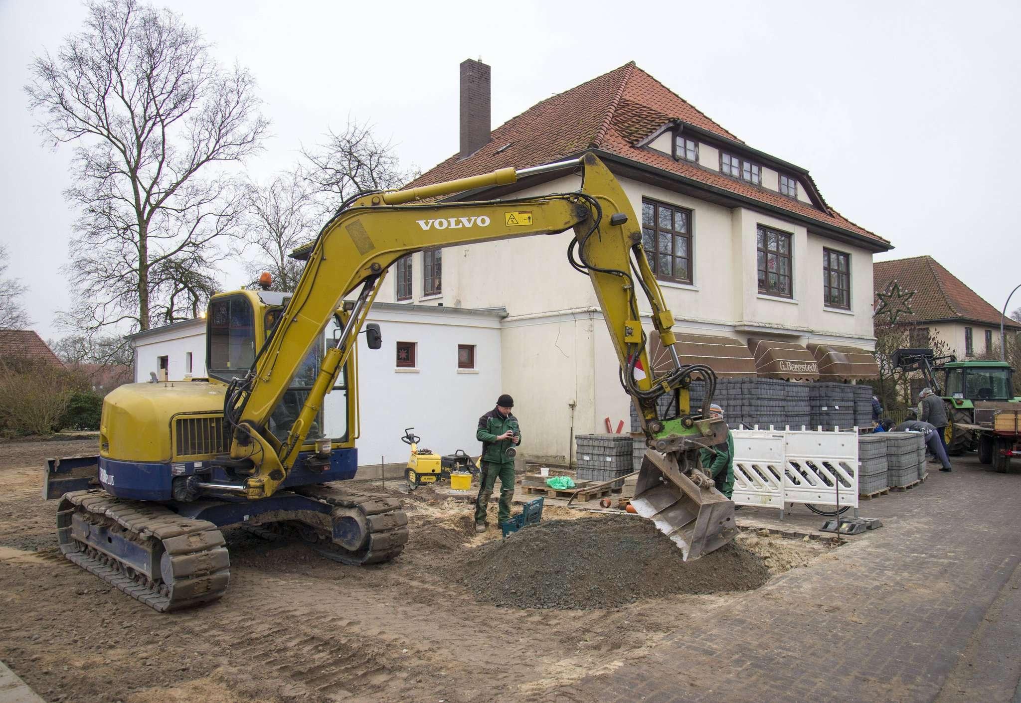 Nicht nur im Inneren vom ehemaligen Kaufhaus Bergstedt wird gebaut. Auch vor der Tür wird gewerkelt. Dort entsteht ein neuer Parkplatz. Foto: Dietmar Plath