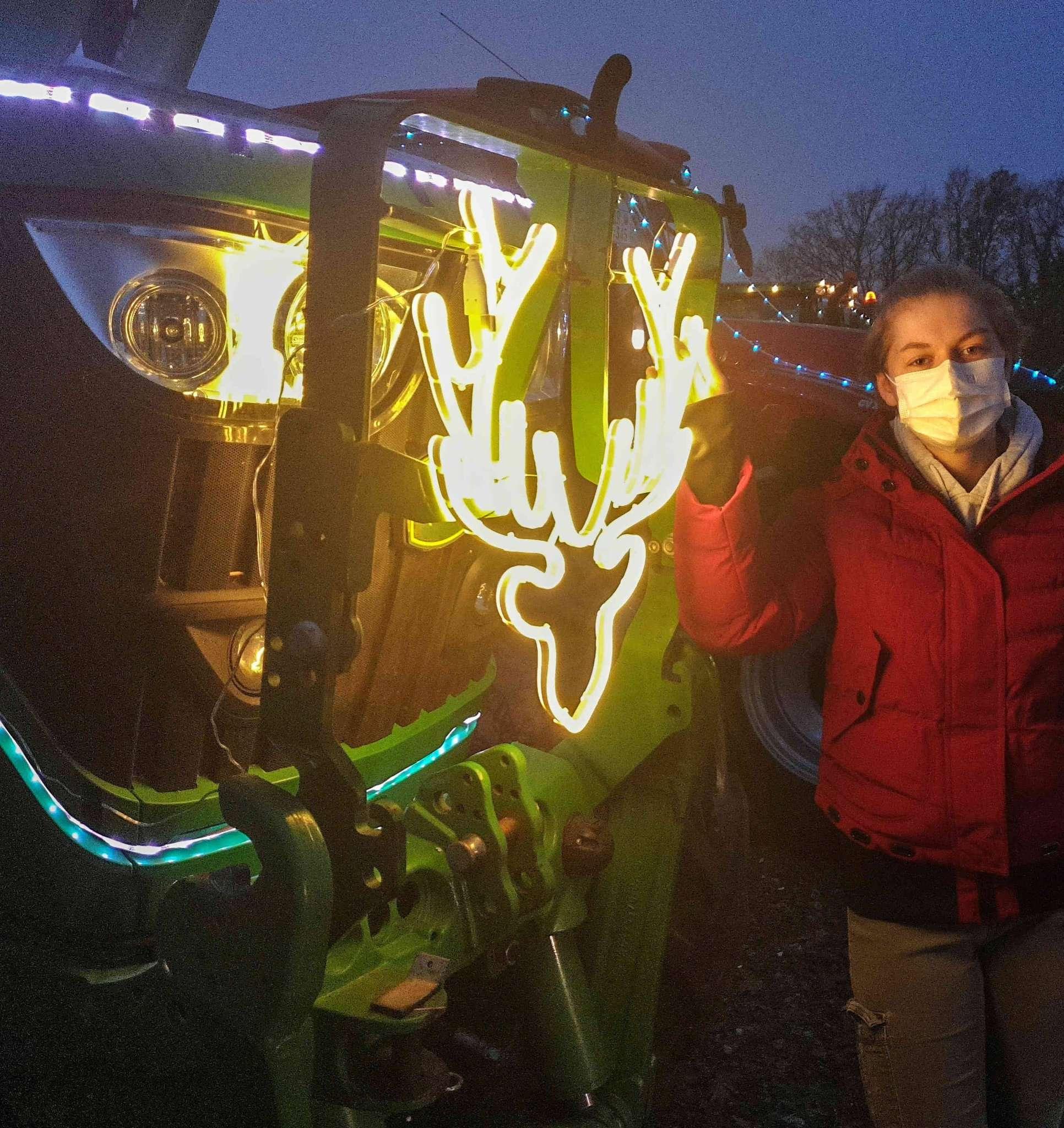 Amelie Gieschen mit geschmücktem Traktor. Foto: Tobias Woelki