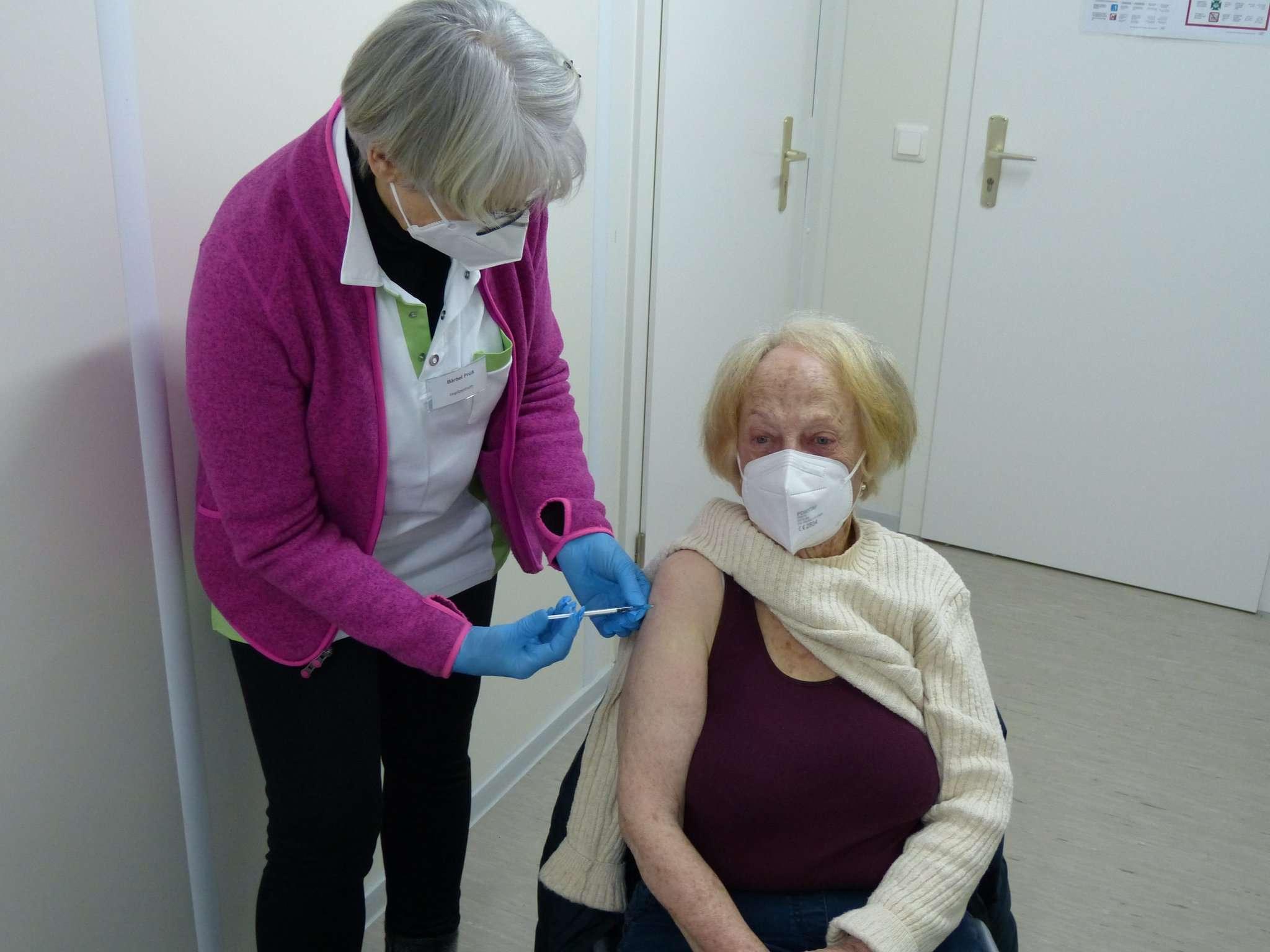 Inge Herzberg (rechts) aus Verden gehört zu den ersten über 80-Jährigen aus dem Landkreis Verden, die im Impfzentrum Verden geimpft wurden. Foto: Landkreis Verden