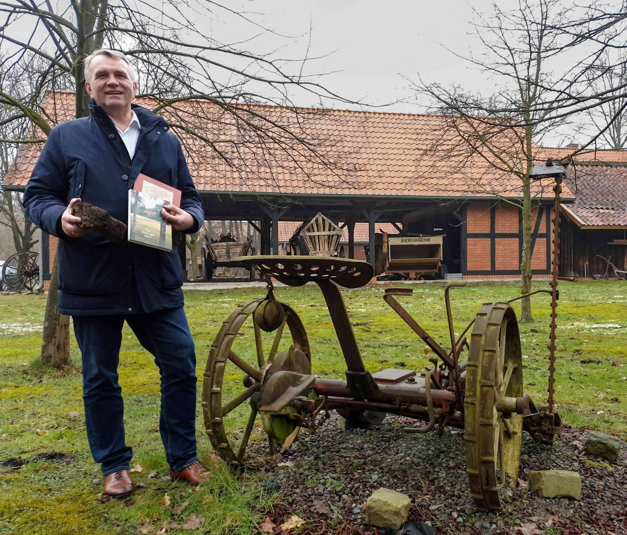 Posthausens Ortsbürgermeister Reiner Sterna plant eine Dauerausstellung zum Thema Moor.   Foto. Tobias Woelki