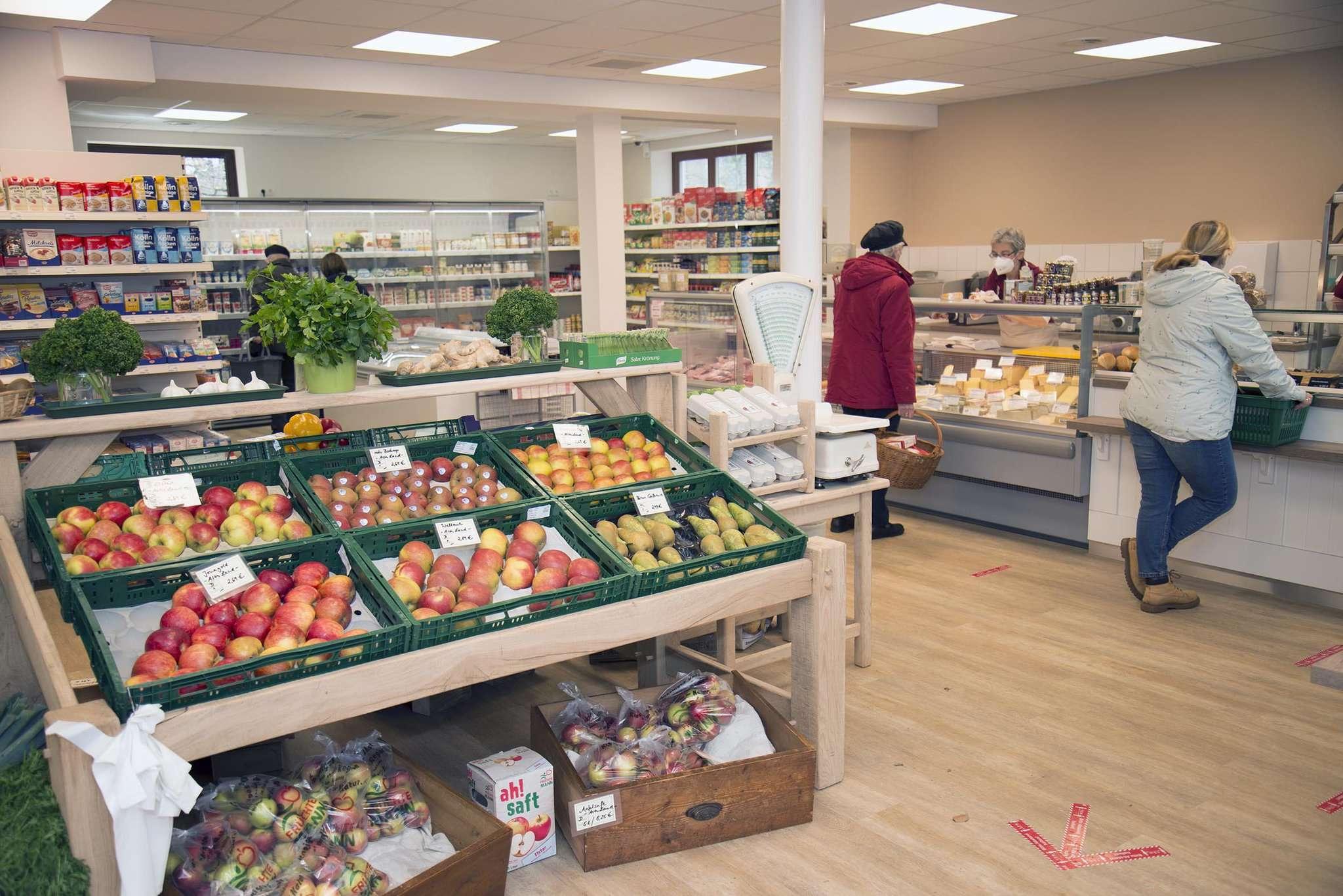 Die Kunden freuen sich über das helle Ambiente und die große Auswahl. Rund 2.000 Artikel sind im Dorfladen in Otterstedt im Angebot. Foto: Dietmar Plath