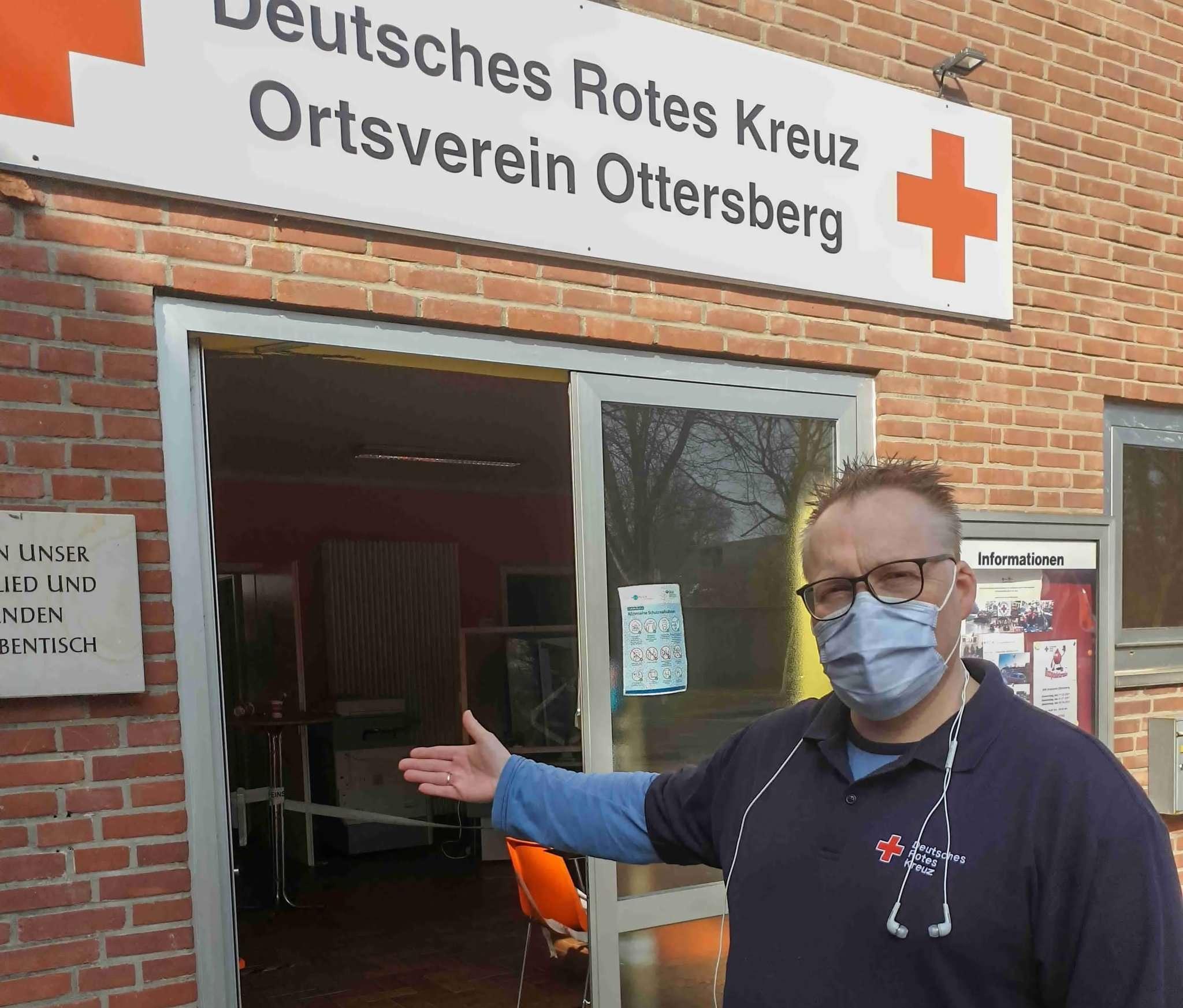 Stefan Asendorf, Vorsitzender des DRK Ottersberg, vor dem Ottersberger Testzentrum. Foto: Tobias Woelki