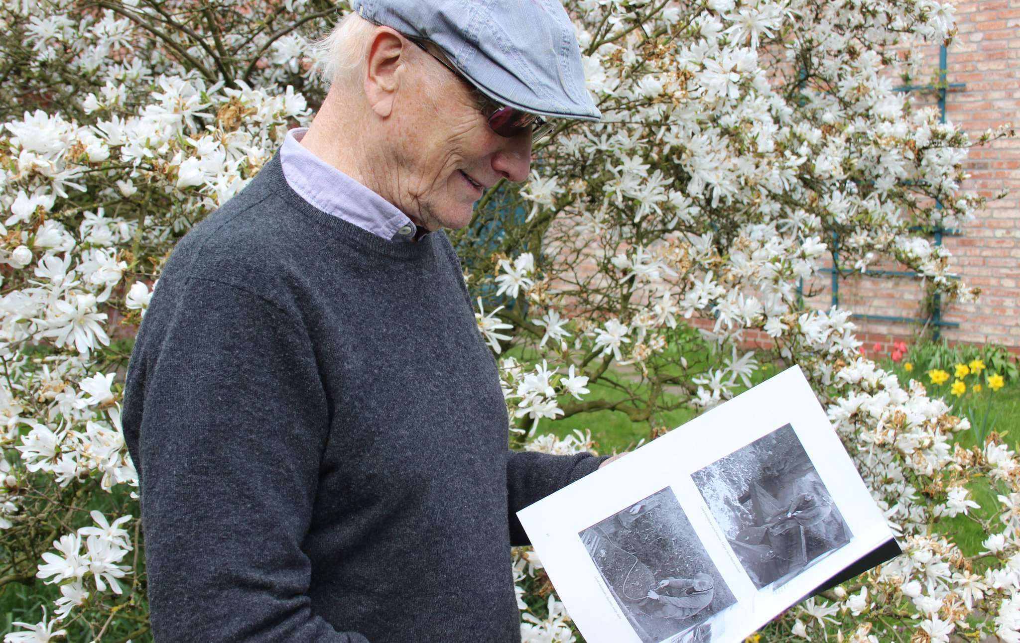 Jochen Bertzbach blättert in seinem neuen Buch über Wümme, Aalfang und Pooljagd. Foto: Björn Blaak