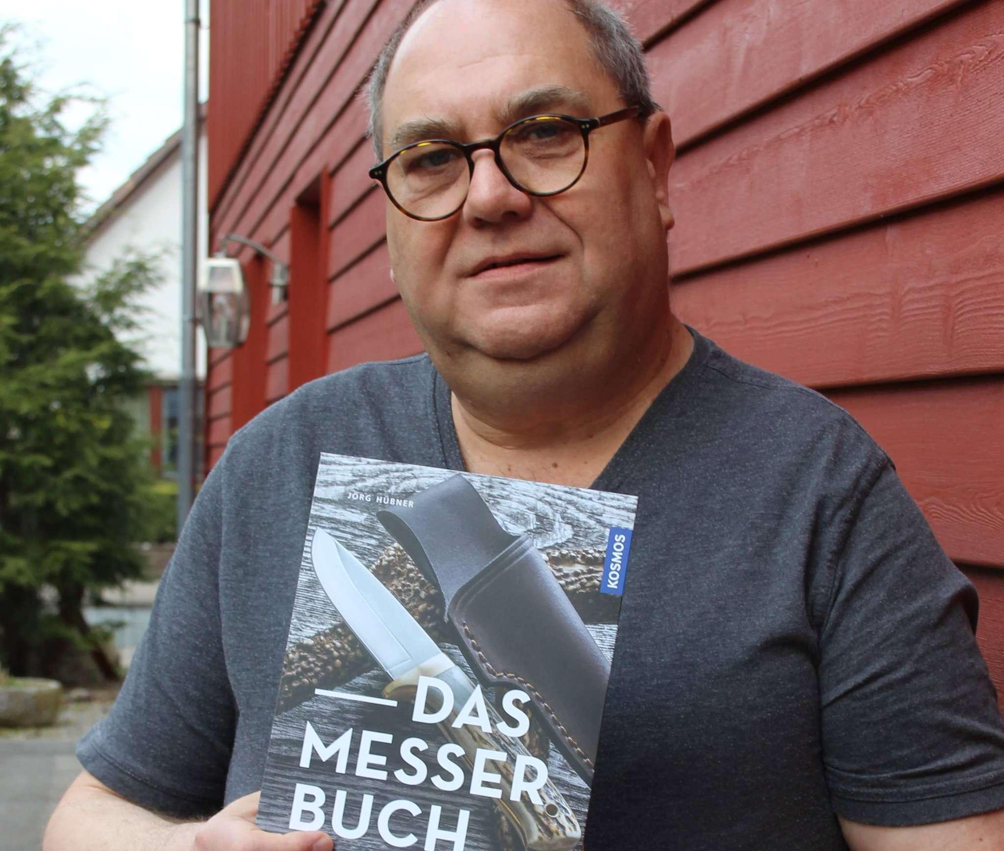 Jörg Hübner hat ein Buch über Messer geschrieben. Foto: Björn Blaak