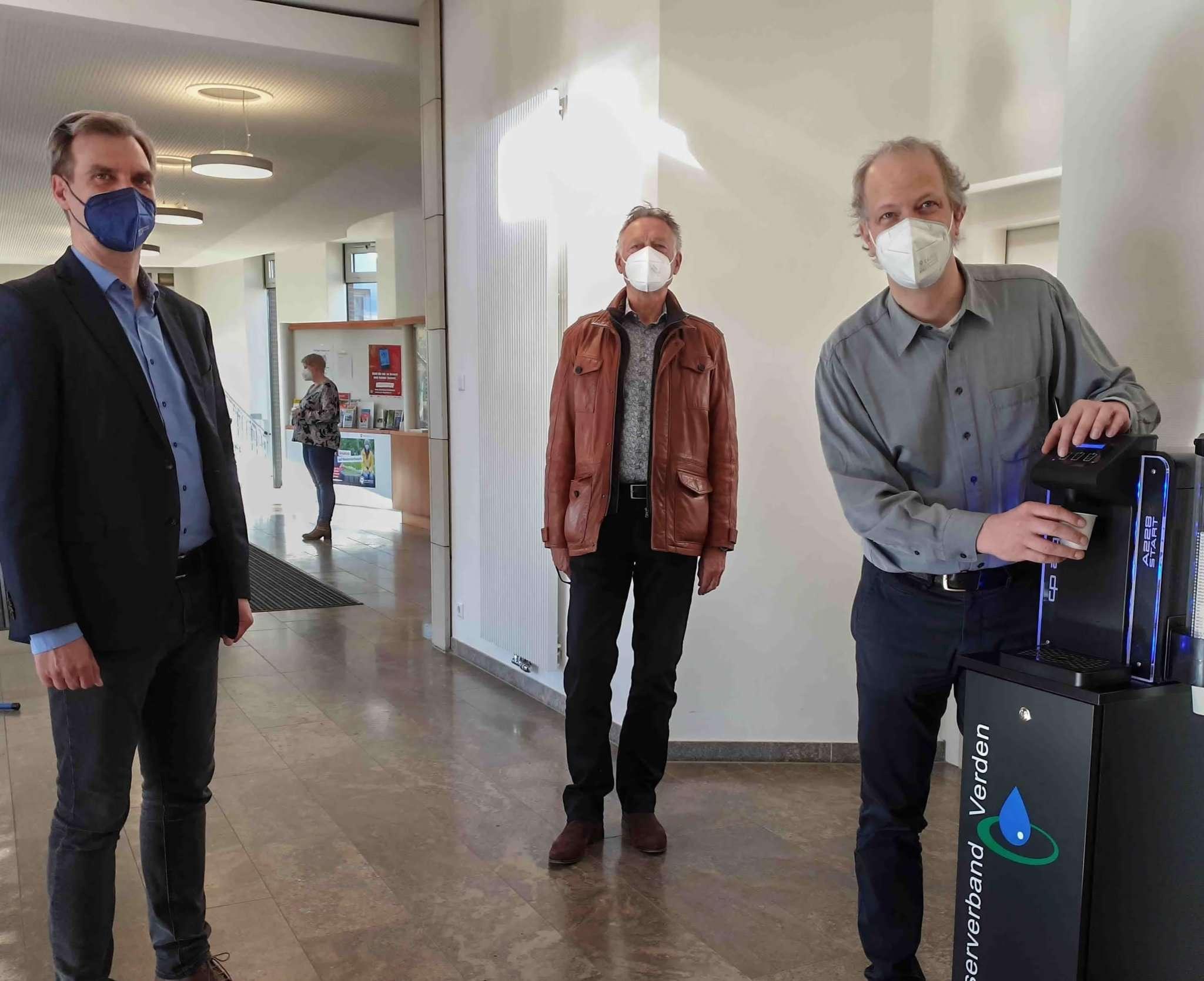Freuen sich über den neuen Wasserspender im Rathaus: Stefan Hamann (von links), Werner Meinken und Bürgermeister Tim Willy Weber. Foto: Tobias Woelki