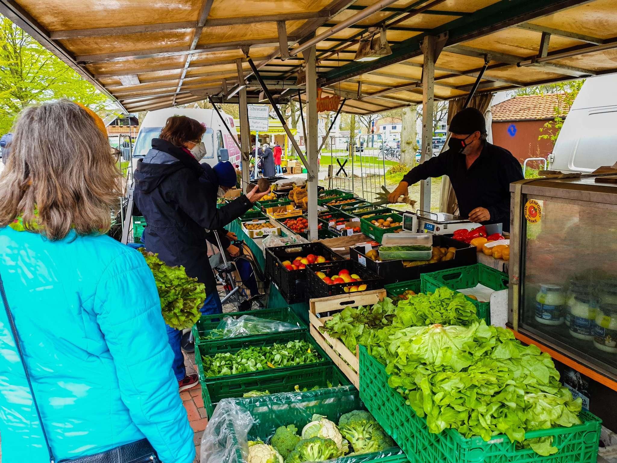 Gleich in den ersten Minuten herrschte reger Betrieb auf dem neuen Ottersberger Wochenmarkt. Foto: Tobias Woelki