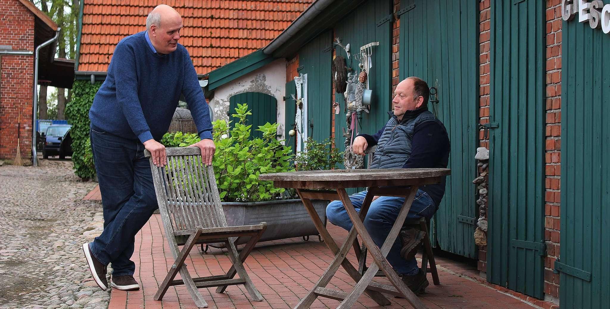 Ähnliche Ideen, viel Diskussionsstoff: Stefan Bachmann (FGBO, links) und Dirk Gieschen (CDU) im Gespräch. Foto: Lisa Duncan