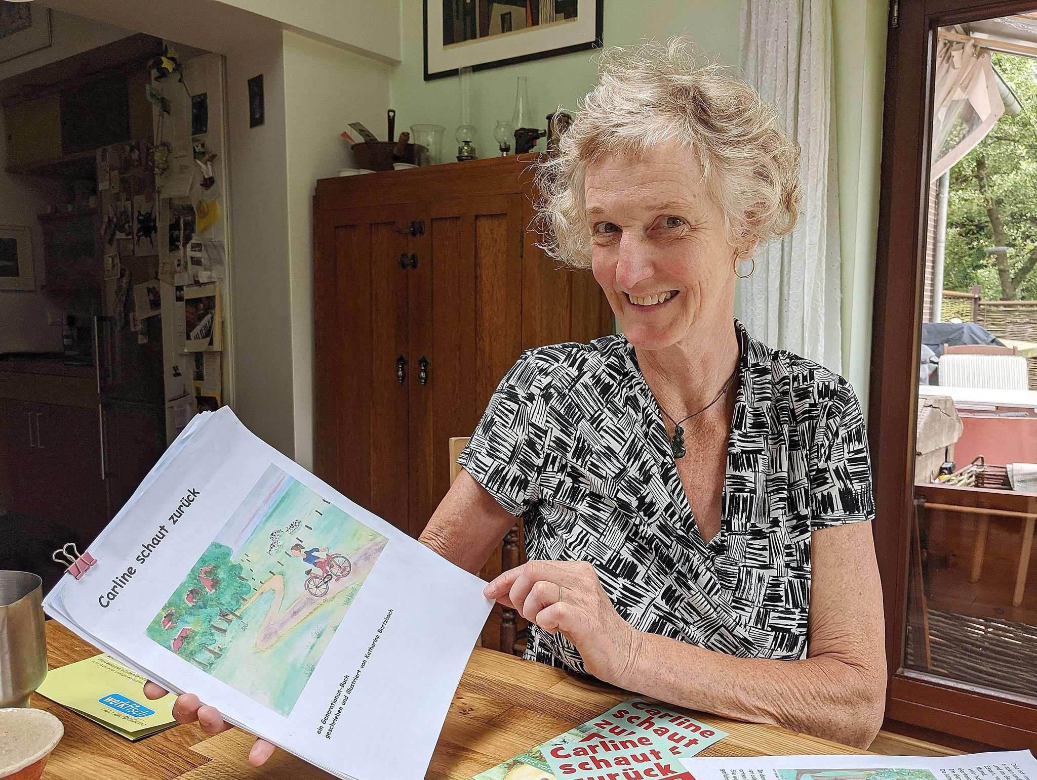 Katharina Bertzbach (59) blättert im Manuskript ihres Kinderbuchs