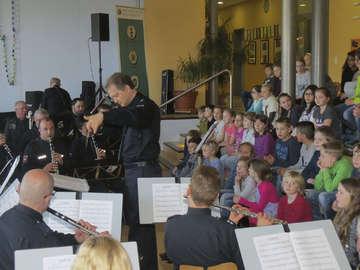 Polizeiorchester mit Workshop und Präventionsarbeit in Bassen