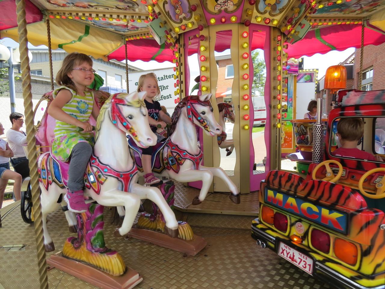 Karussellfahren gehörte in Oyten zu den Hauptattraktionen für die Kinder. Fotos: Elke Keppler-Rosenau