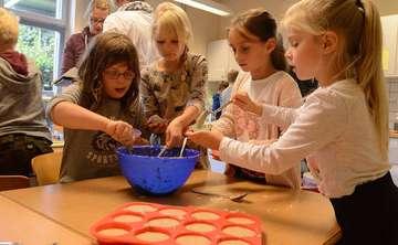 Landfrauen und Grundschüler kochen gemeinsam