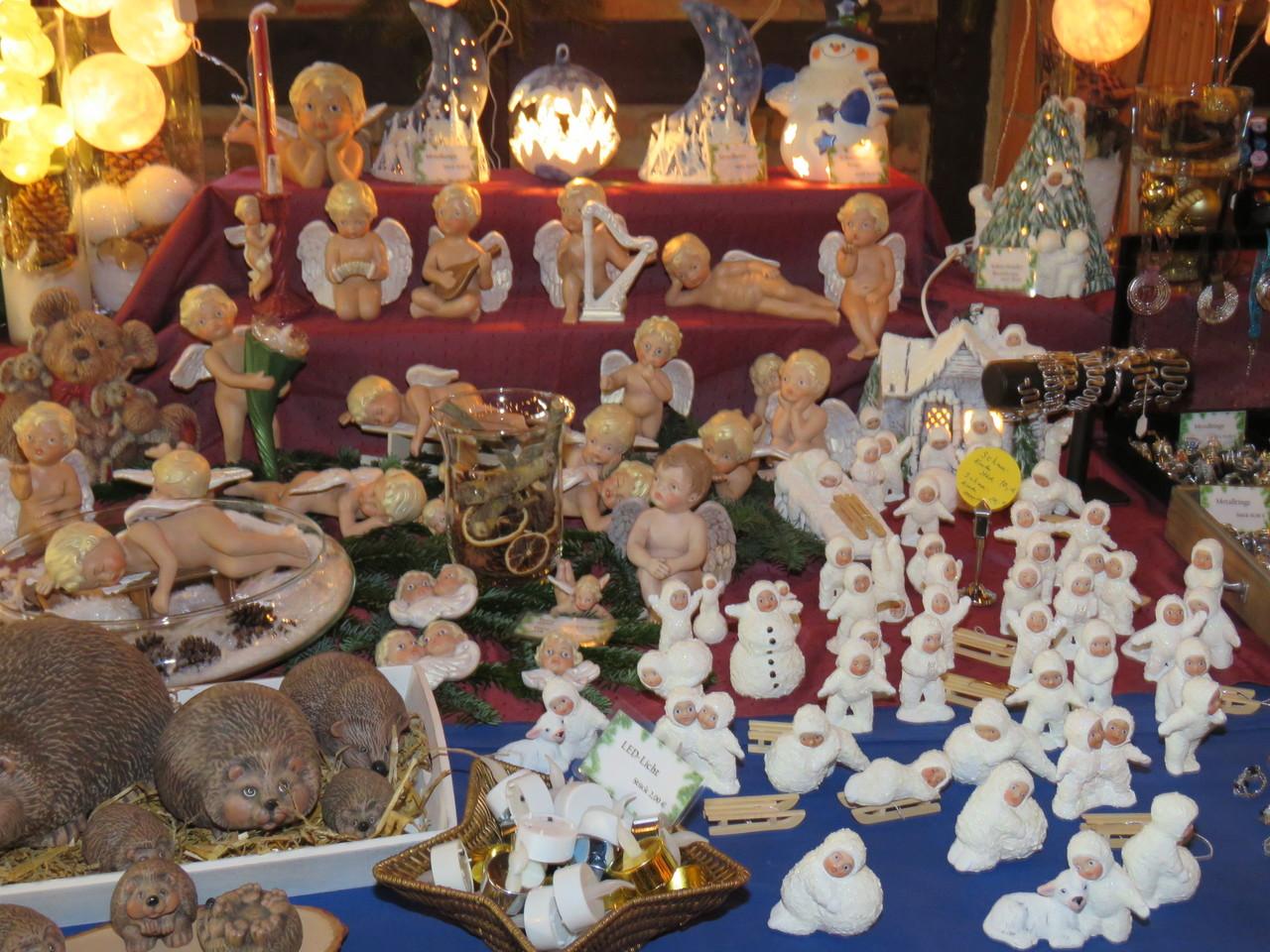 An Dekoartikeln mangelte es nicht auf dem Weihnachtsmarkt in Oyten. Foto: Elke Keppler-Rosenau