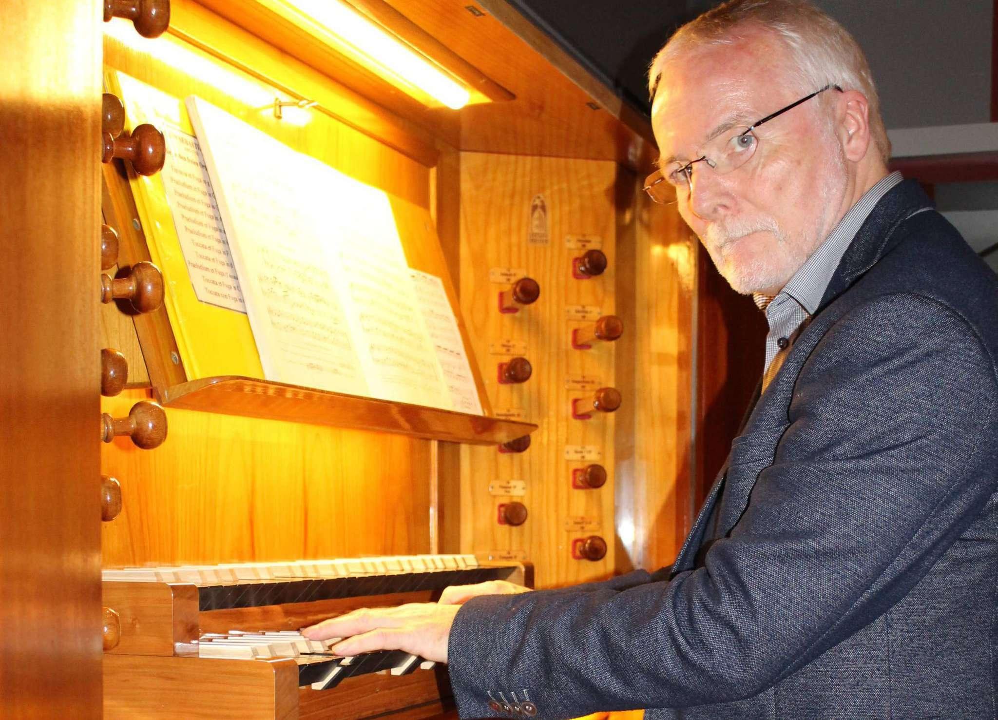 Der Orgelrevisor der hannoverschen Landeskirche Karl-Heinz Voßmeier spielt auf dem neuen Spieltisch der renovierten Kemper-Orgel. Foto: Henning Leeske