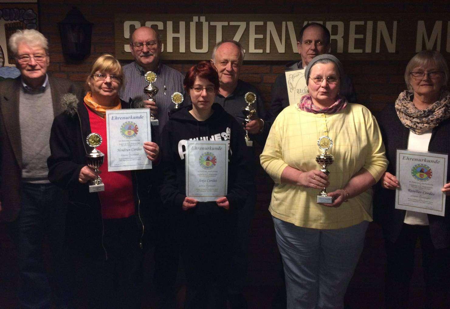 Der Vorsitzende Helmut Cordes (von links) freut sich mit den geehrten Heidrun Cordes, Herbert Friese, Anja Cordes, Hartmut Cordes, Hanna Kley, Helmut Haßelbusch und Roselies Cordes.