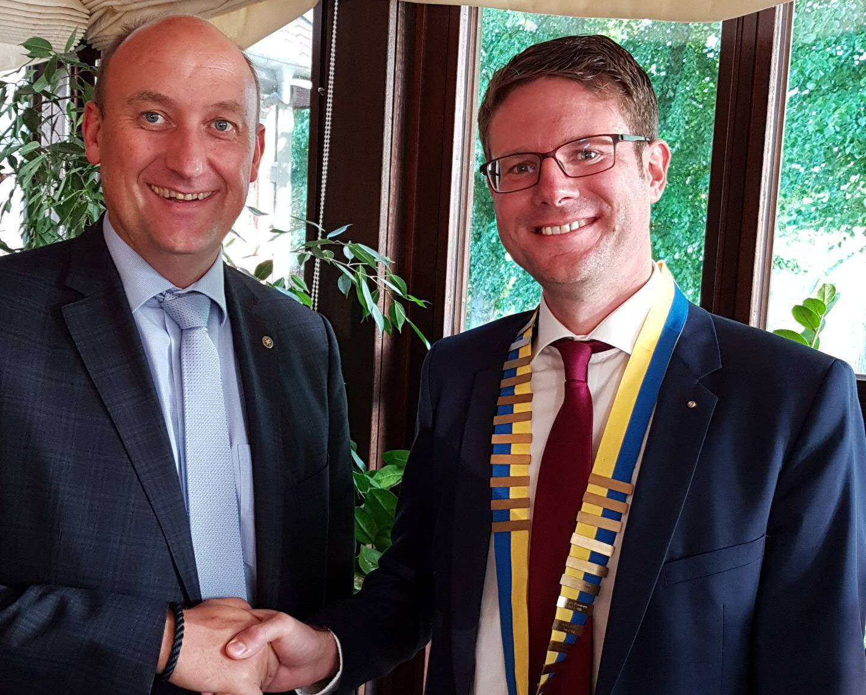 Der scheidende Rotary-Präsident Holger Kammann (links) wünscht den neuen Präsidenten Lüder Göttsche alle Gute.