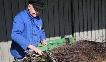 Hein Otten zeigt traditionelles Besenbinden in Bassen
