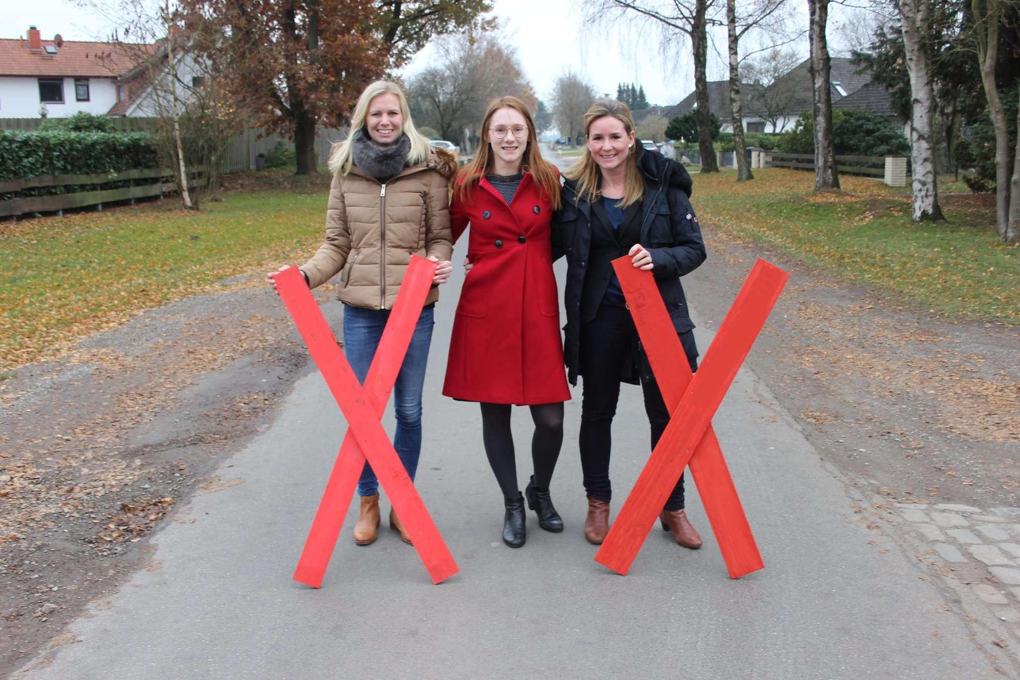 Stellen sich Dea in den Weg (von links): Annika Heinrichs, Nadine Endress und Alexandra Schröder von der Bürgerinitiative