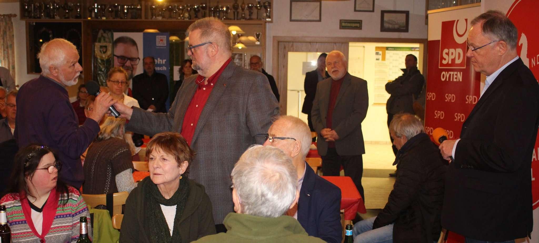 Stephan Weil (rechts) hörte sich die Fragen der Besucher an. Oytens Vize-Bürgermeister Heiko Oetjen (Mitte) sorgte dafür, dass auch alle Gehör fanden. Foto: Henning Leeske