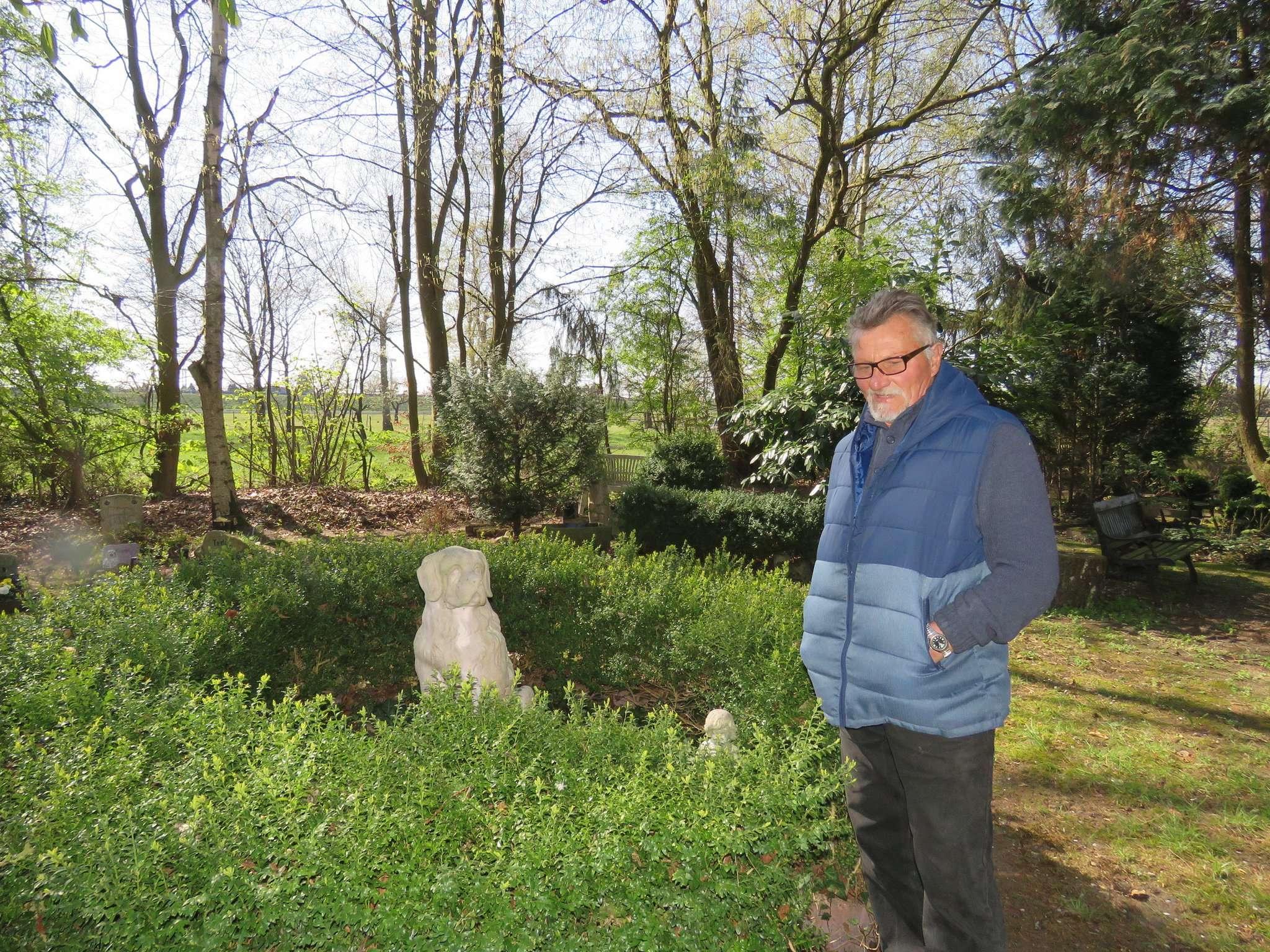 Im Mittelpunkt des Friedhofs ist ein Buchsrondell angelegt. In ihm thront ein mächtiger Bernhardiner aus Stein. Er steht für alle, die auf dem Oytener Tierfriedhof anonym beerdigt sind.